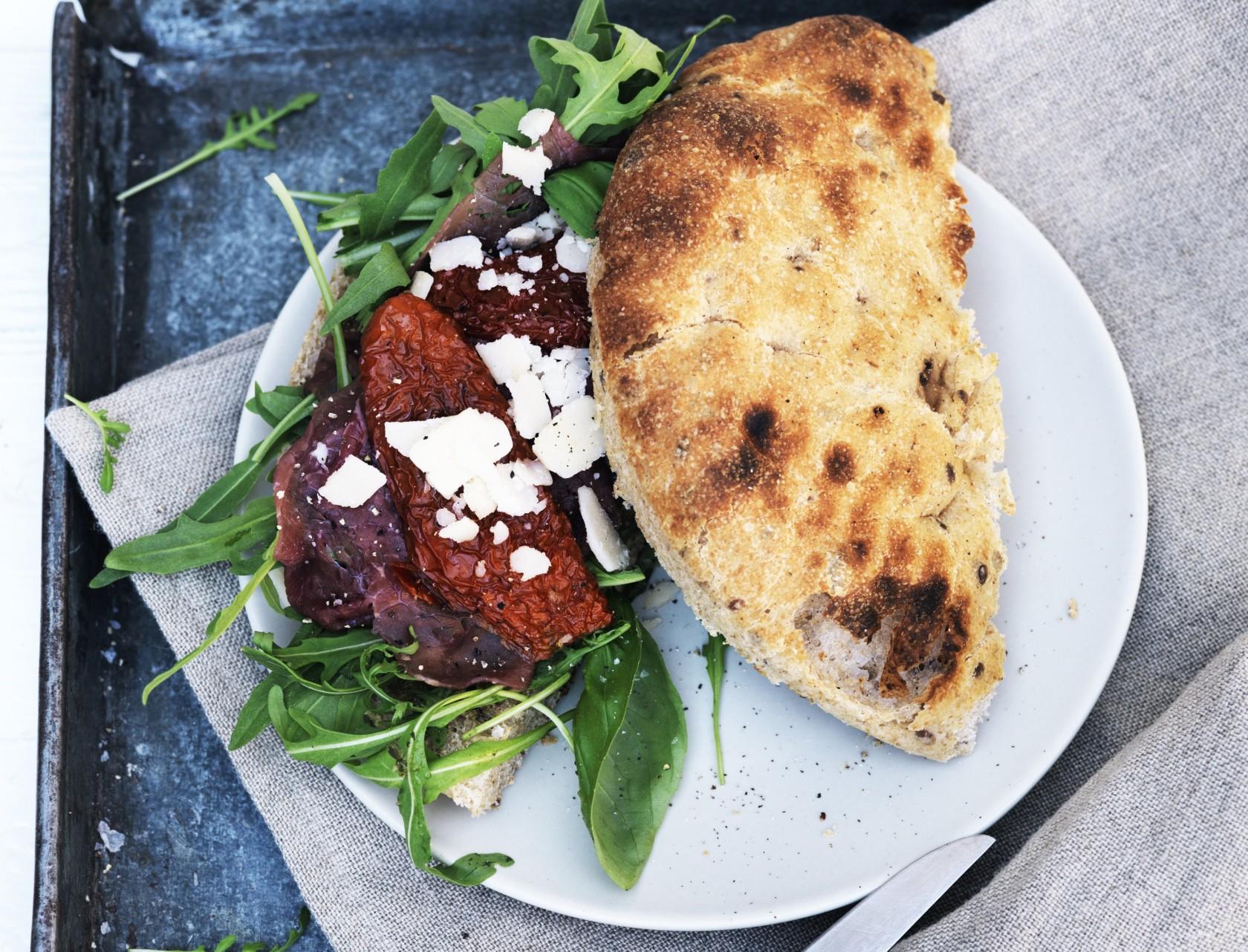 Lækker italiensk sandwich med carpaccio og basilikumpesto