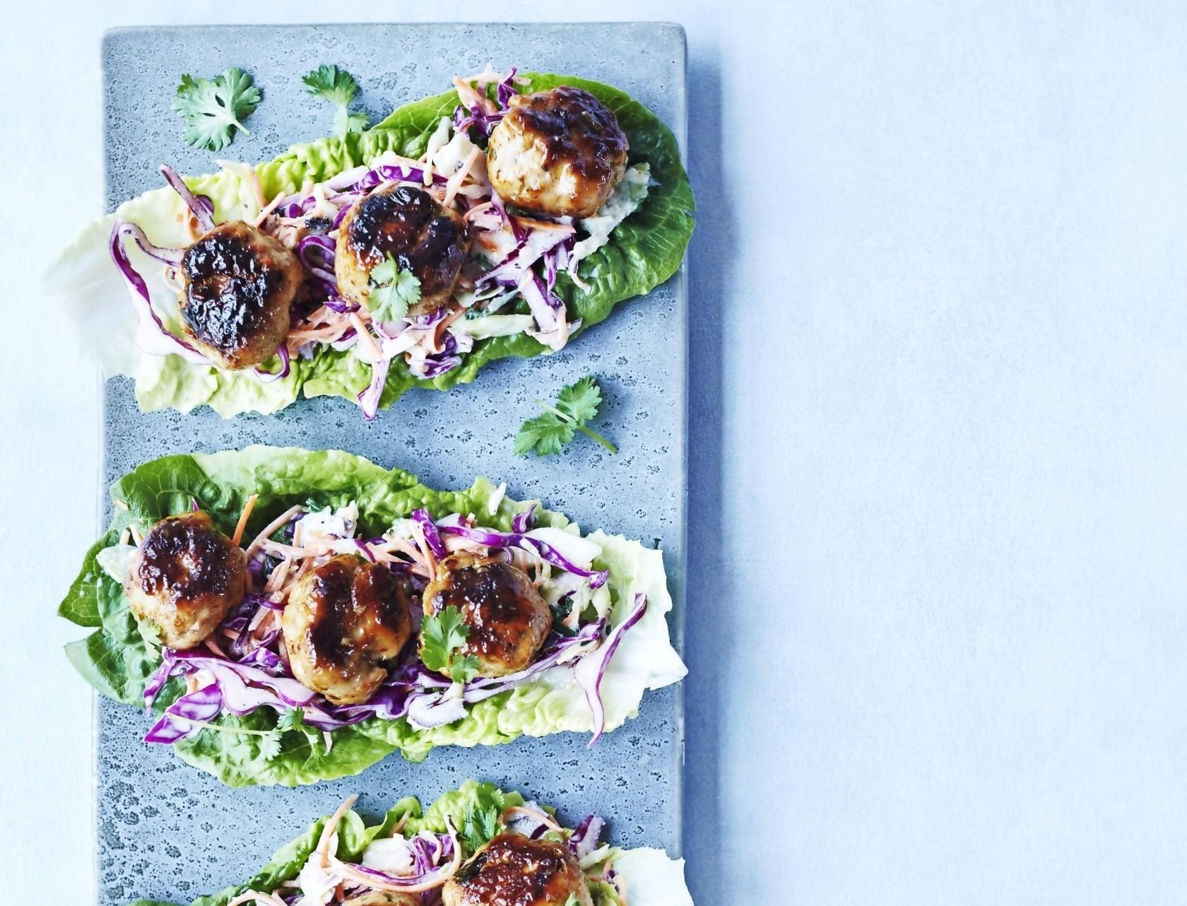 Asiatiske kødboller med coleslaw er nem og lækker hverdagsmad.
