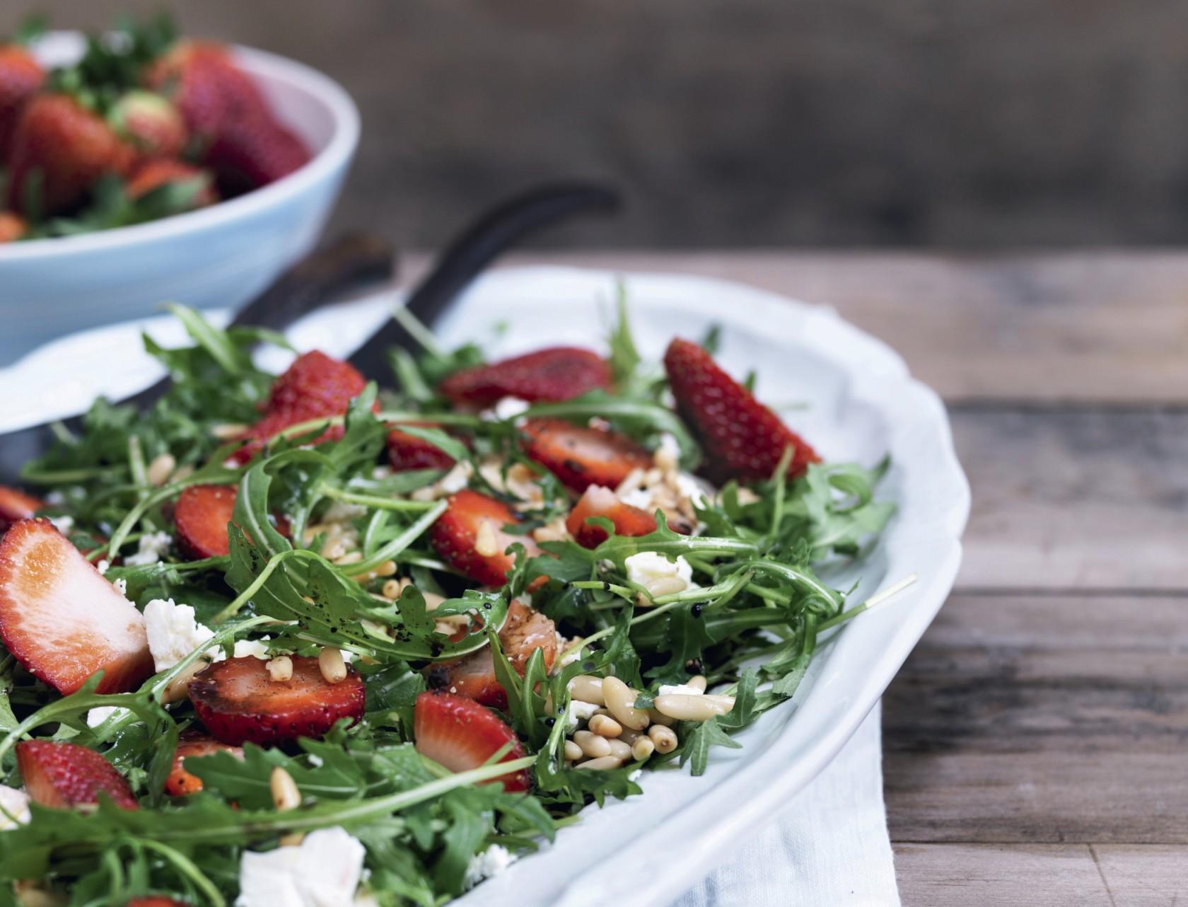 Lækker jordbærsalat med pinjekerner og feta