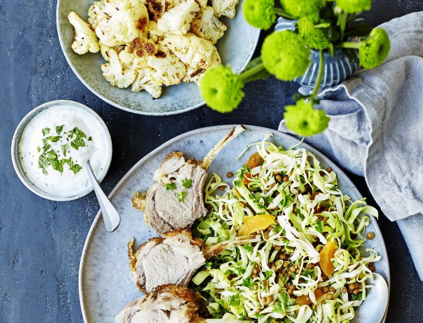 Lammekrone med blomkål og linsesalat - lækker opskrift på gæstemad.