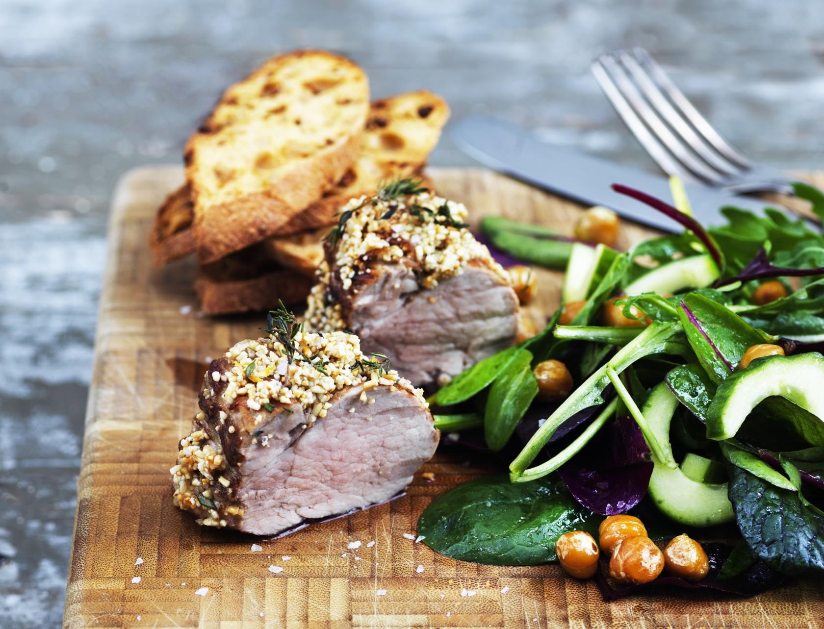 Paneret svinemørbrad med sprød kikærtesalat - perfekt gæstemad!