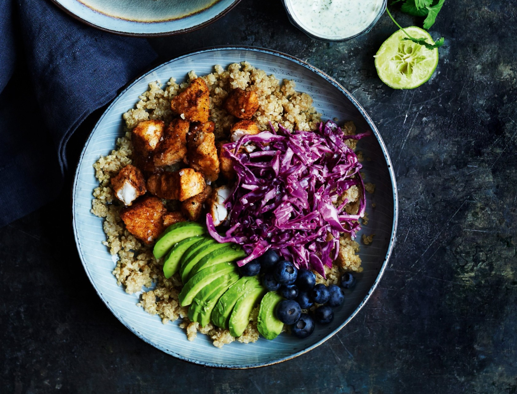 Bowl med sprød torsk med quinoa, coleslaw og koriandercreme