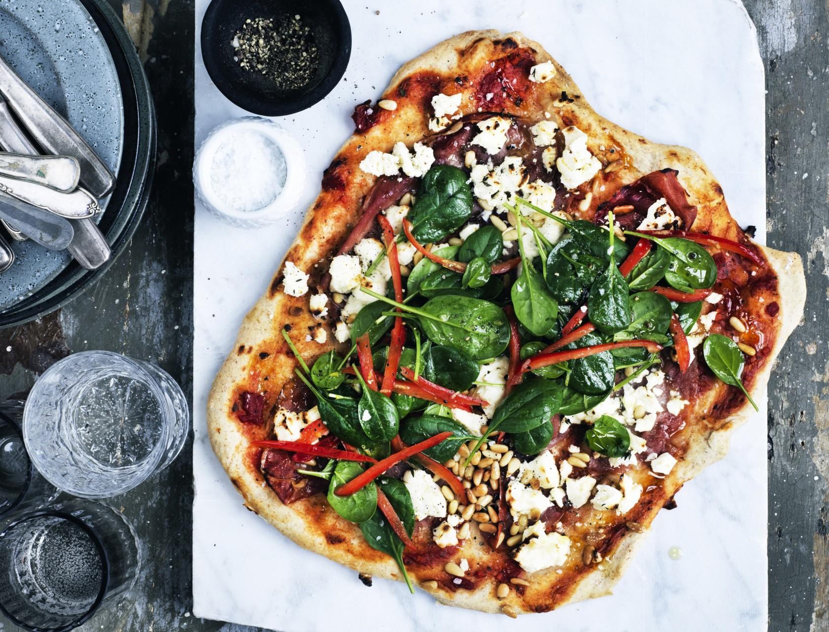 Pizza med serranoskinke, feta og spinat - nemt og lækkert!
