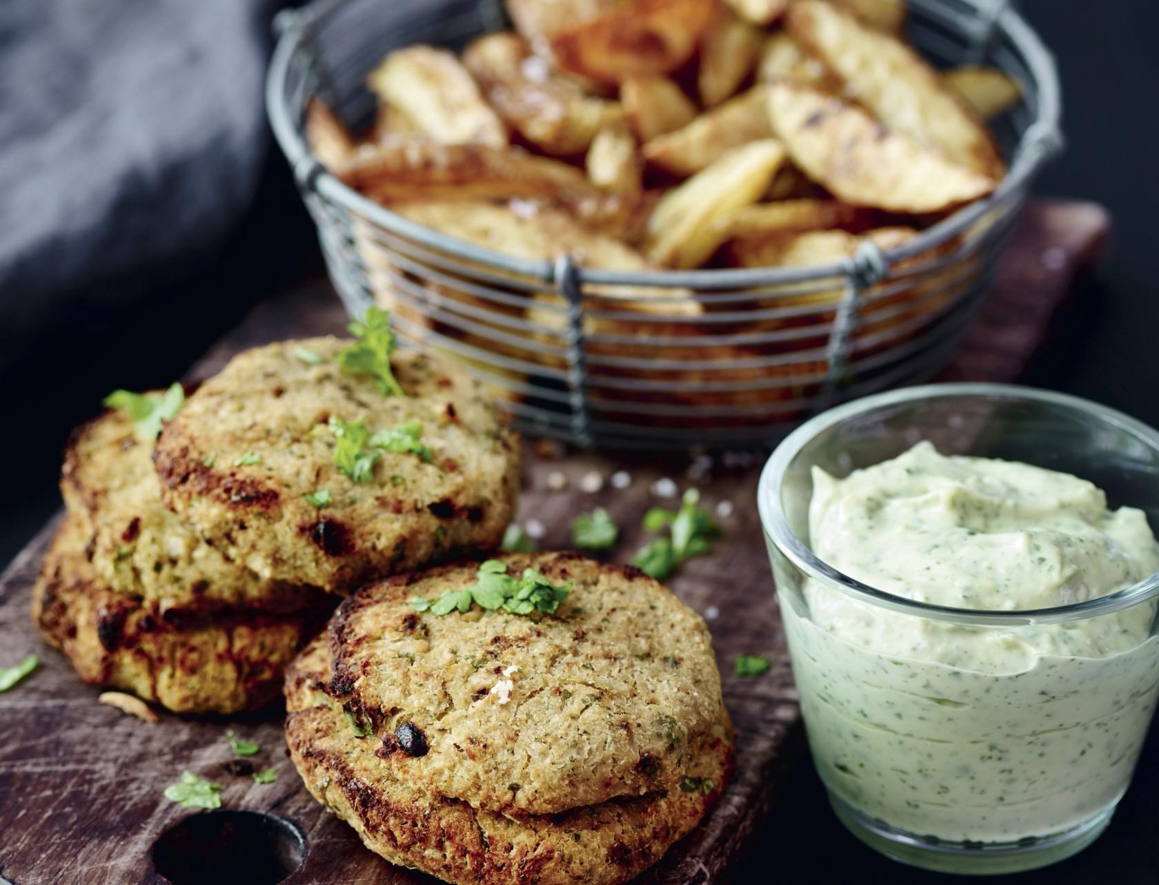 Vegetariske blomkålsbøffer med mayo og fritter