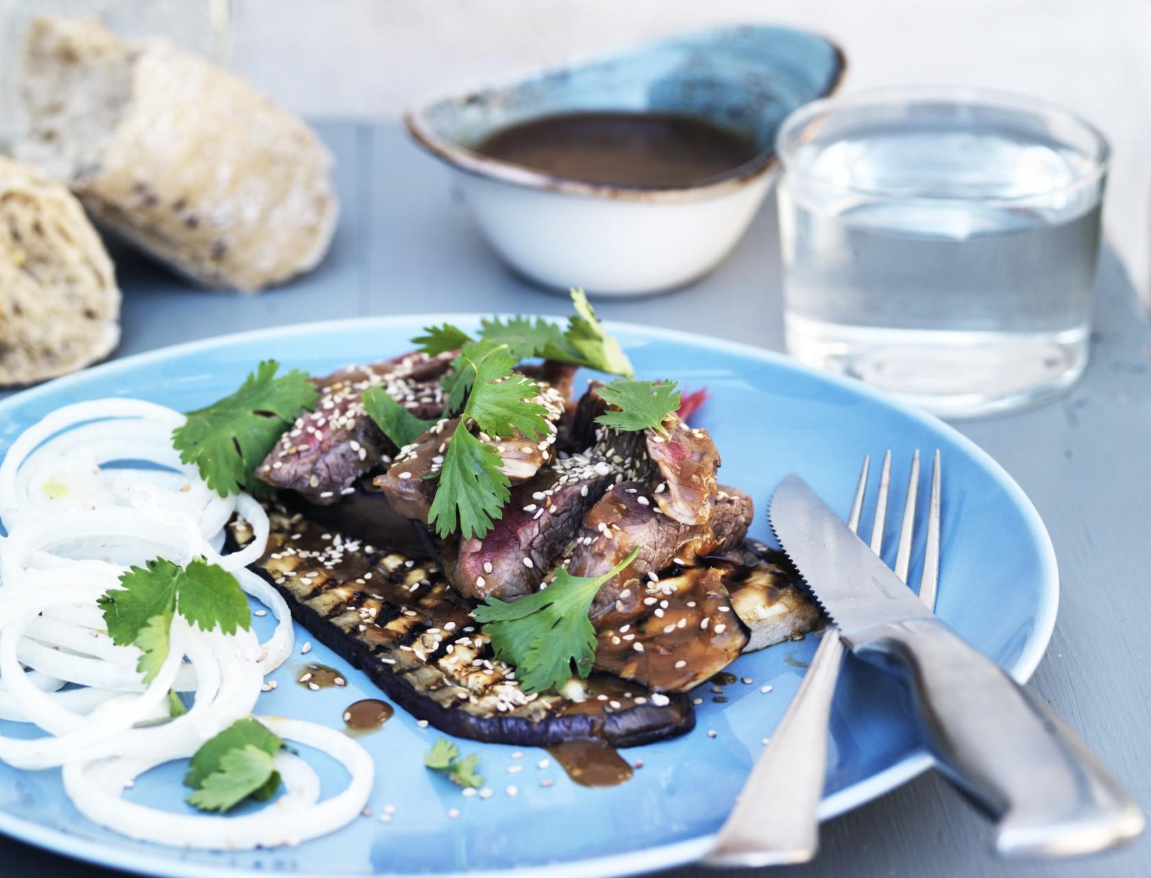 Marineret oksekød med skøn salat.