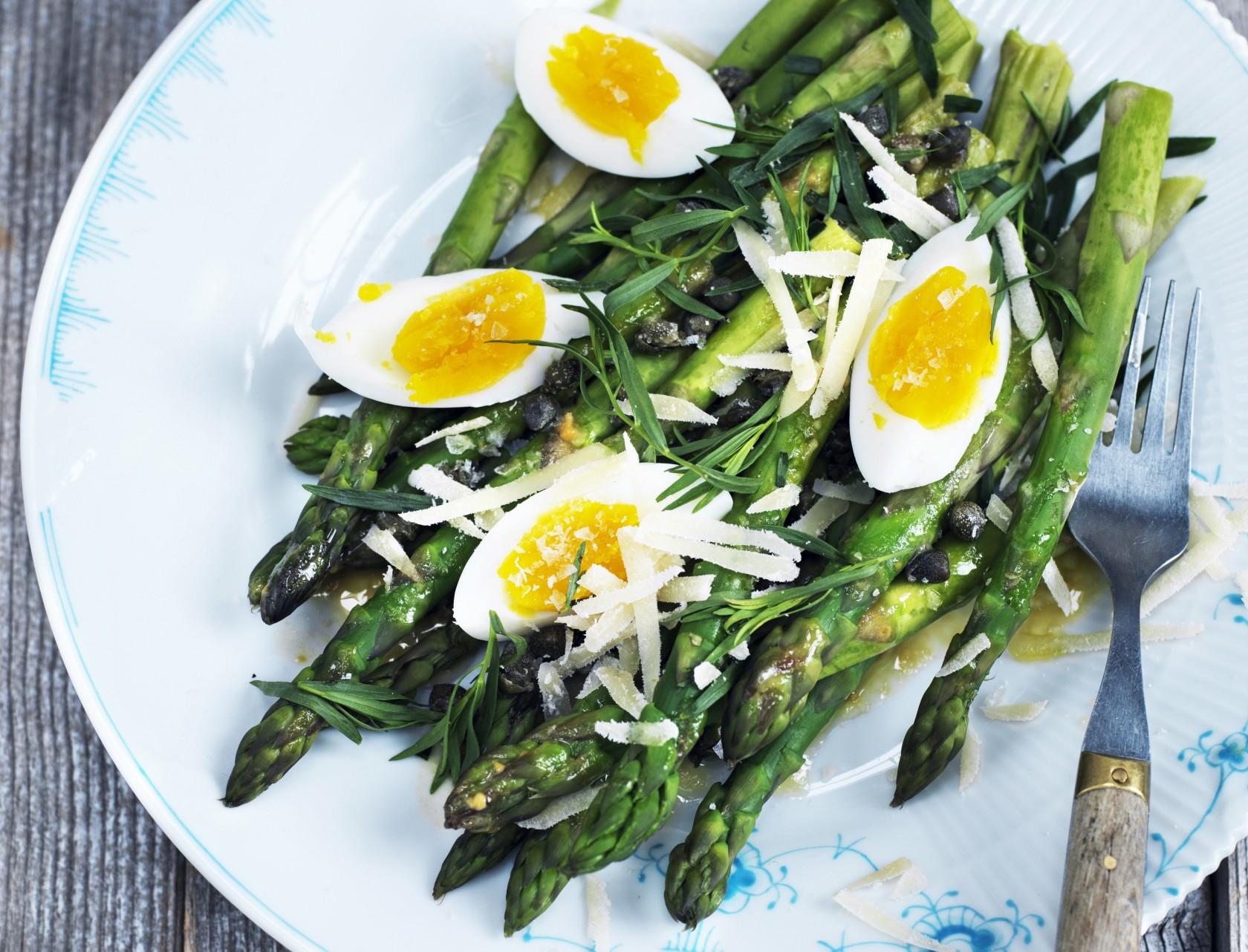Grønne asparges med smilende æg og sennepsdressing