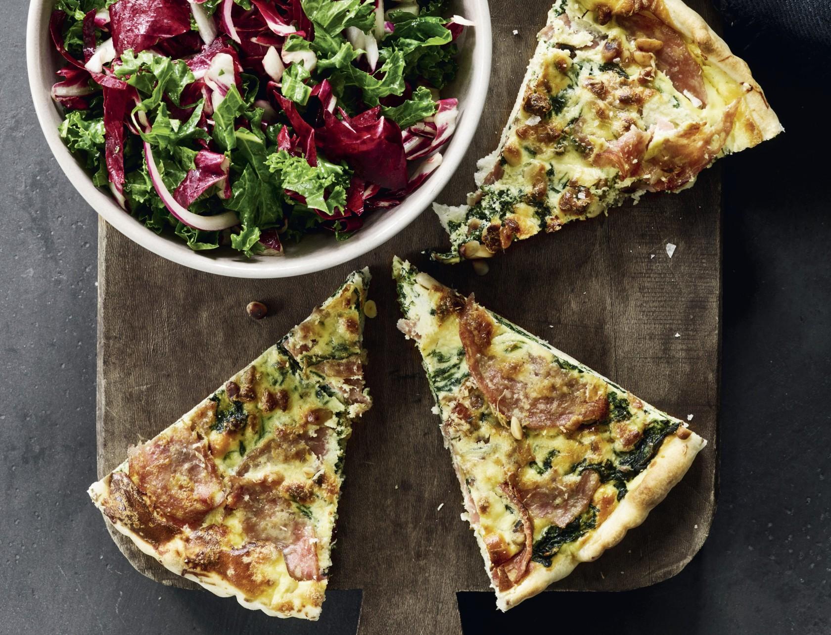 Spinattærte med chorizo og frisk salat
