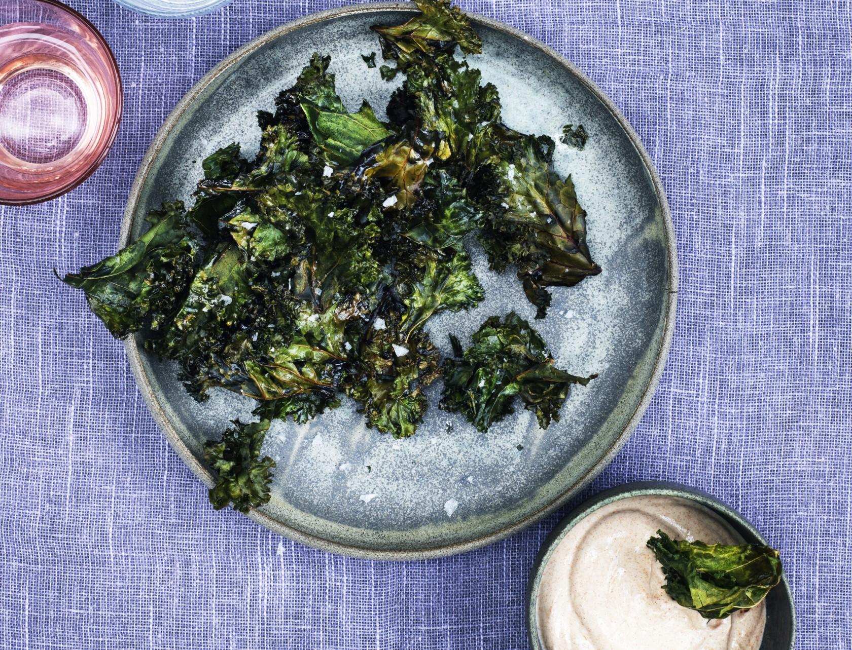 Grønkålschips med paprika-dip - nem og lækker snack, appetizer eller forret.