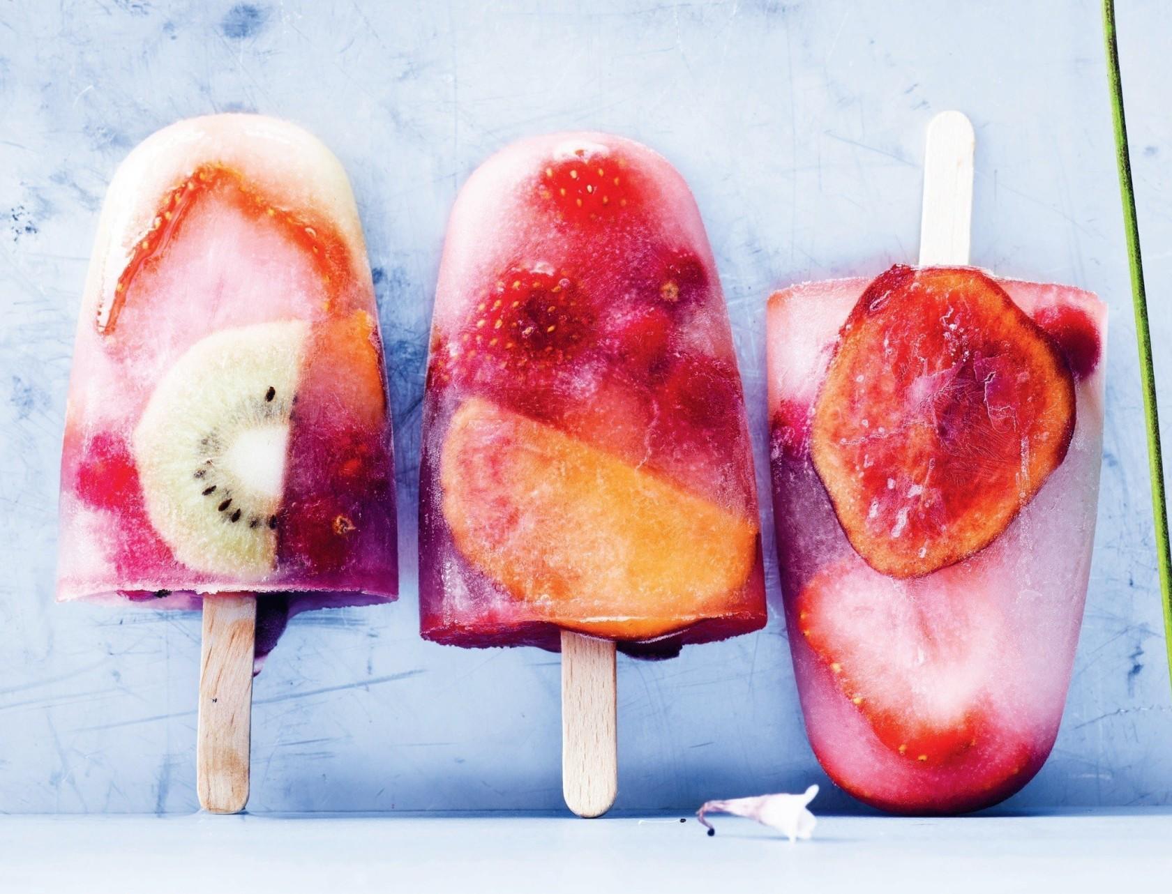 Frugt-ispinde med hyldeblomst - god opskrift på nemme is.