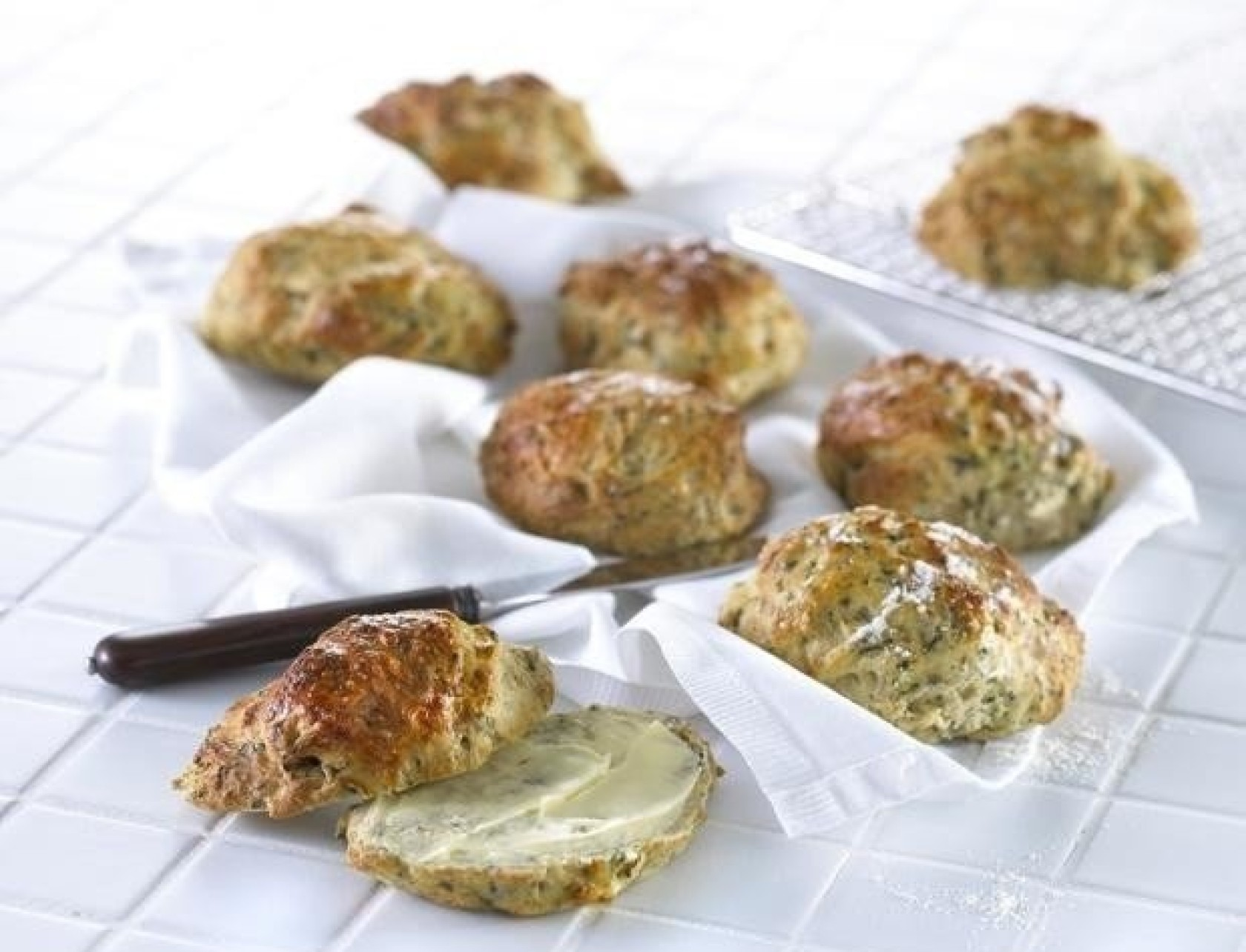 Grovboller med hytteost og spinat - den bedste opskrift på hjemmebag!