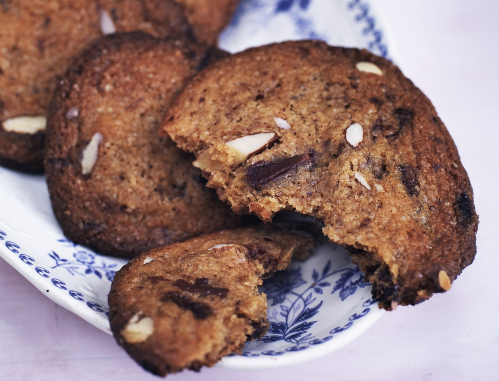 Cookies med lys chokolade og mandler - den bedste opskrift på amerikanske småkager!
