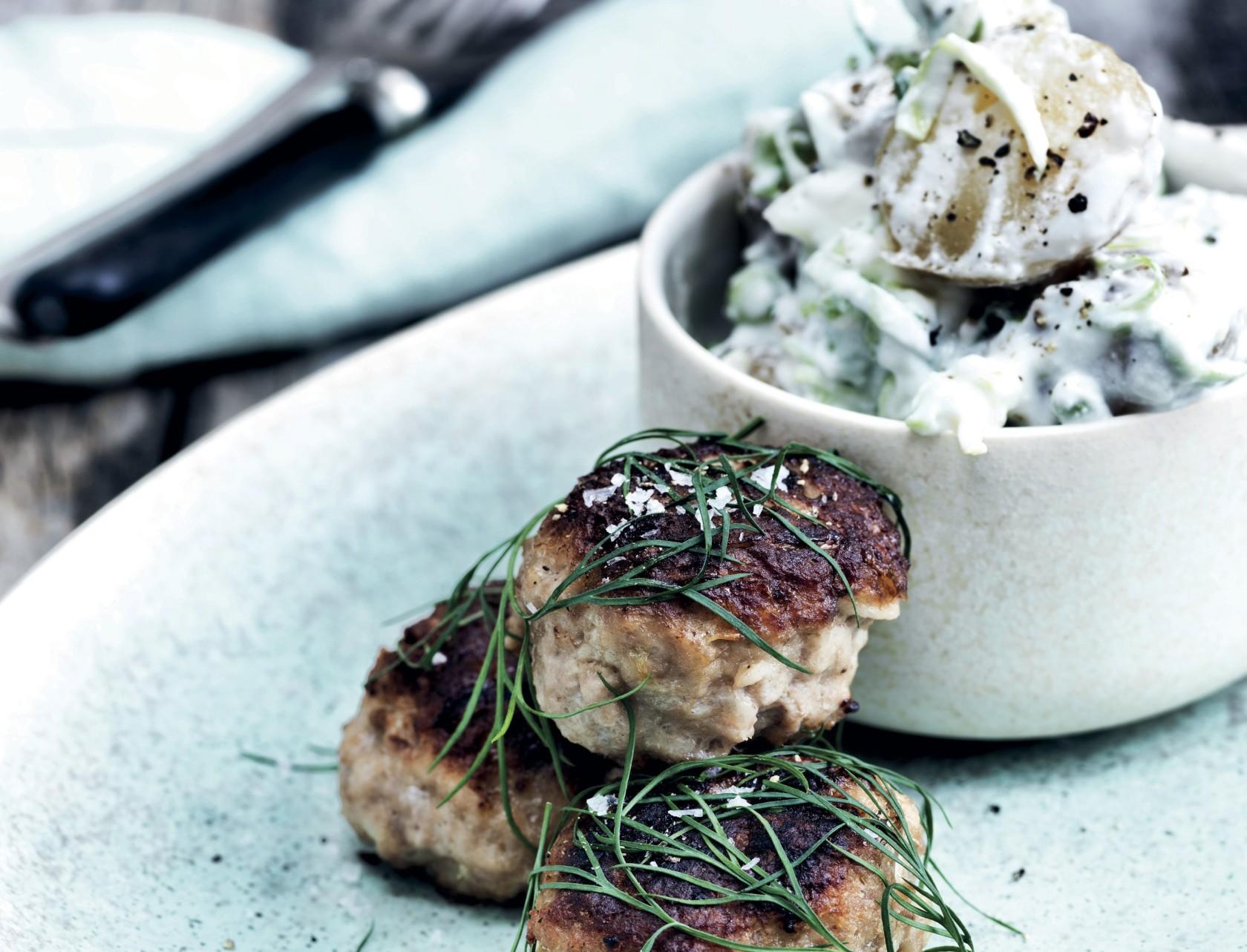 Frikadeller med kartoffelsalat - den bedste opskrift!