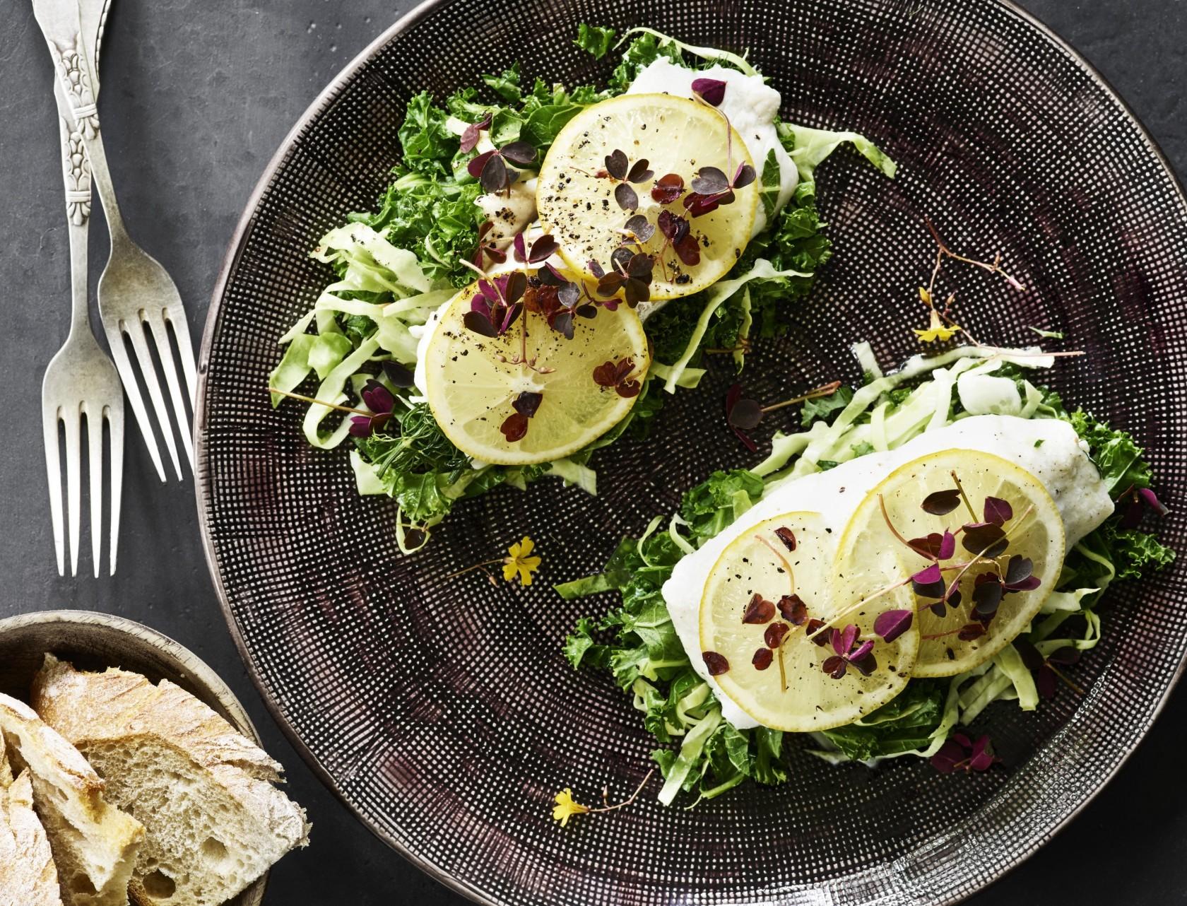 Dampet slethvarrulle med grønkål og spidskål - god opskrift på lækker mad!
