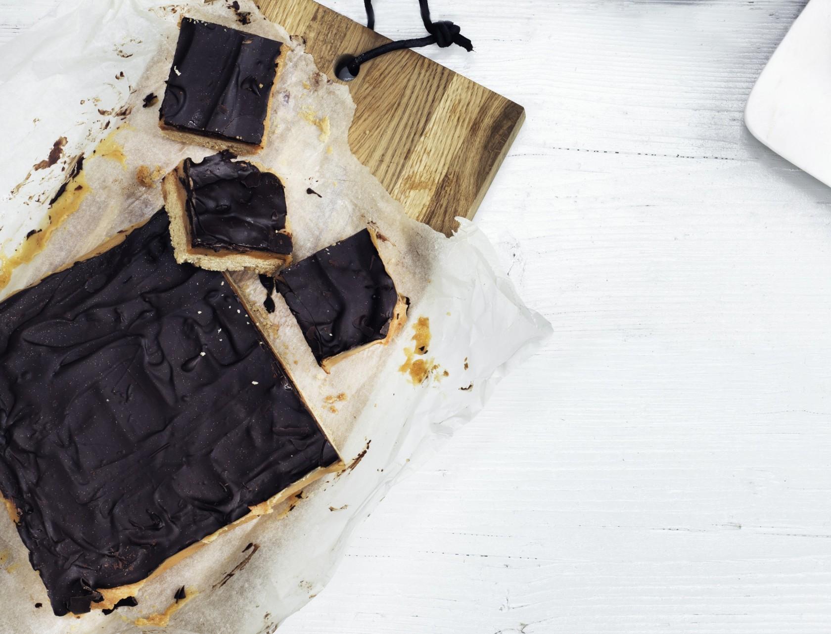 Millionaire's shortbread - lækker opskrift på kage med sprød bund, karamel og chokolade.