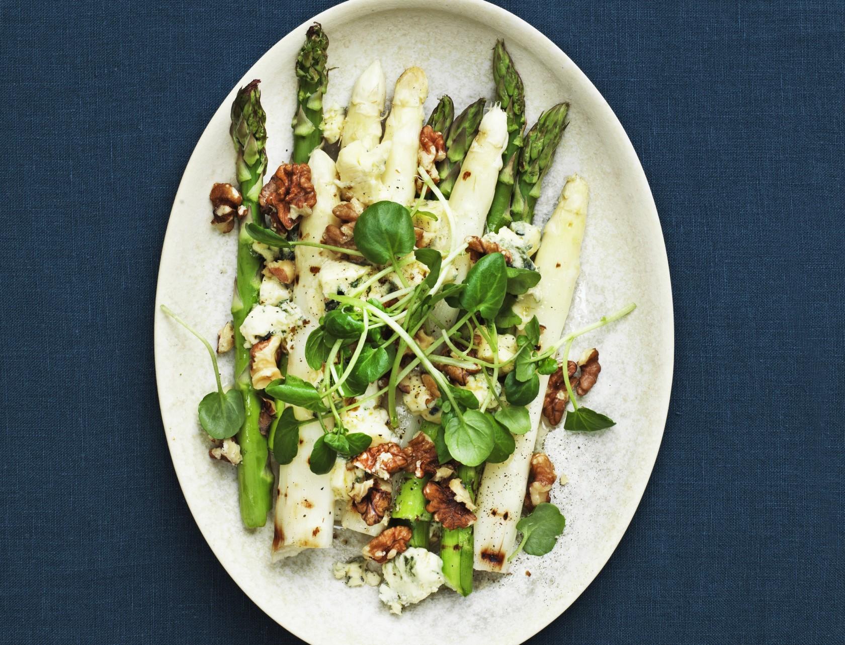 Grillede asparges med ost og valnødder - god opskrift på forret eller tilbehør.