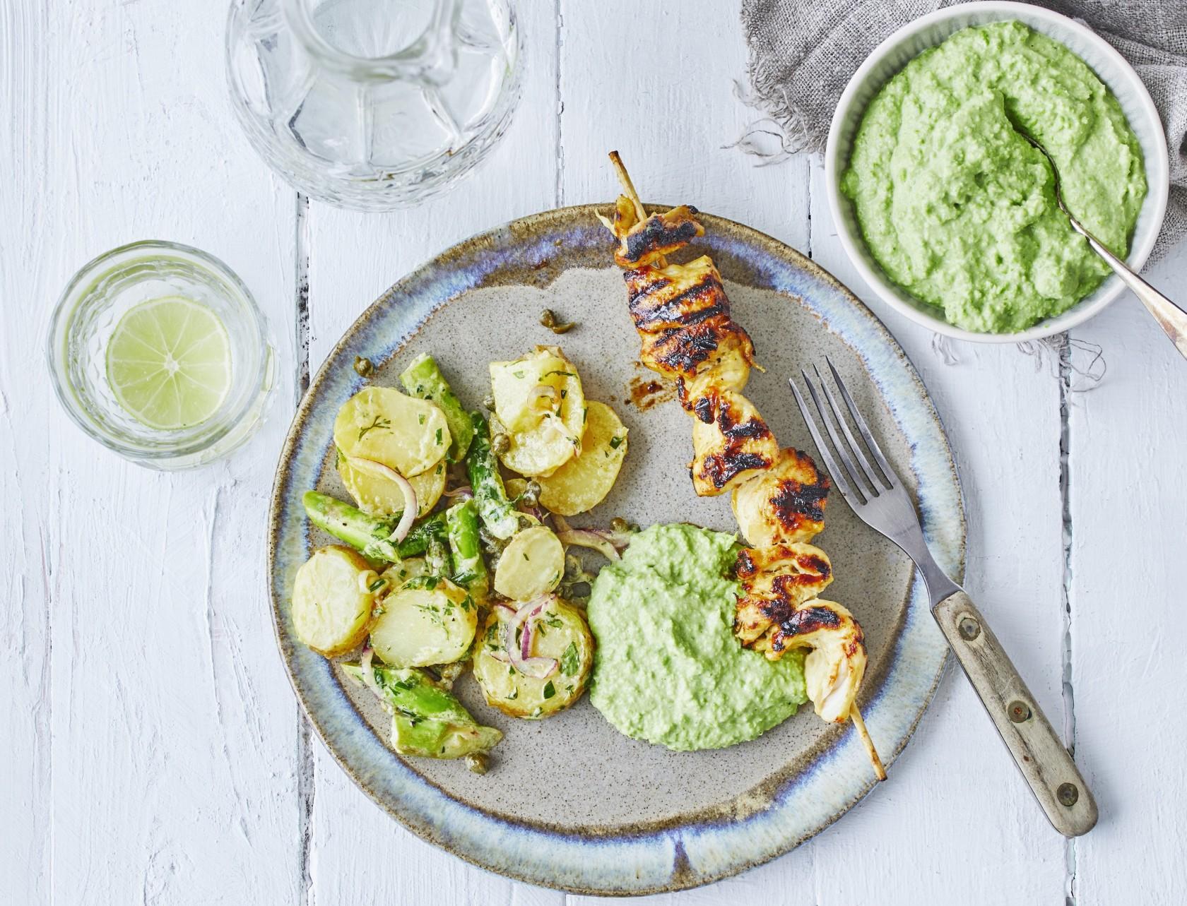 Perfekt sommeropskrift på grillede kyllingespyd med kartoffelsalat og ærtedip