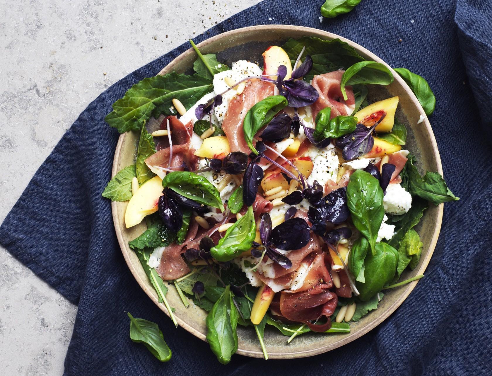 God opskrift på salat med fersken, parmaskinke og mozzarella