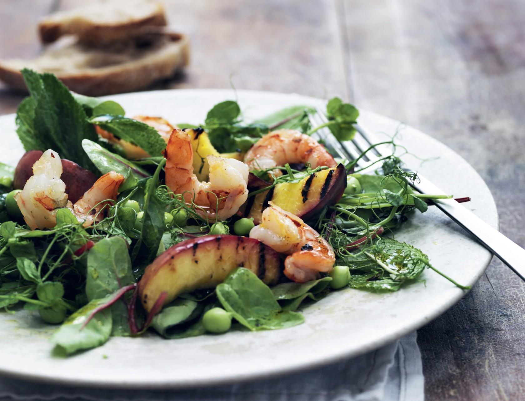 Lækker salat med rejer og fersken.