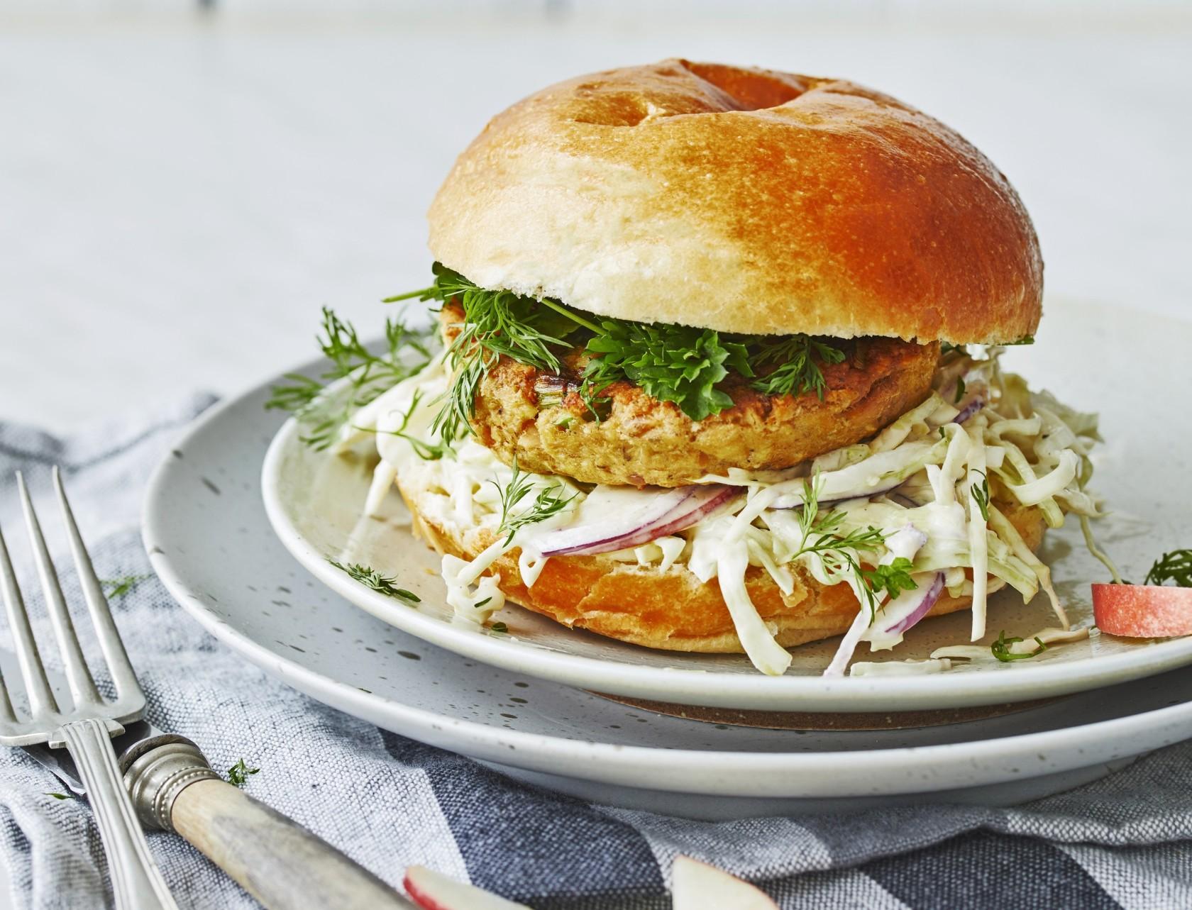 Tunburger med spidskål - lækker opskrift på fastfood med fisk.