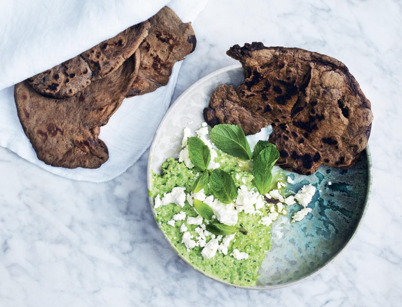 Fladbrød med ærtedip og feta - lækkert tilbehør eller som en lille appetizer.