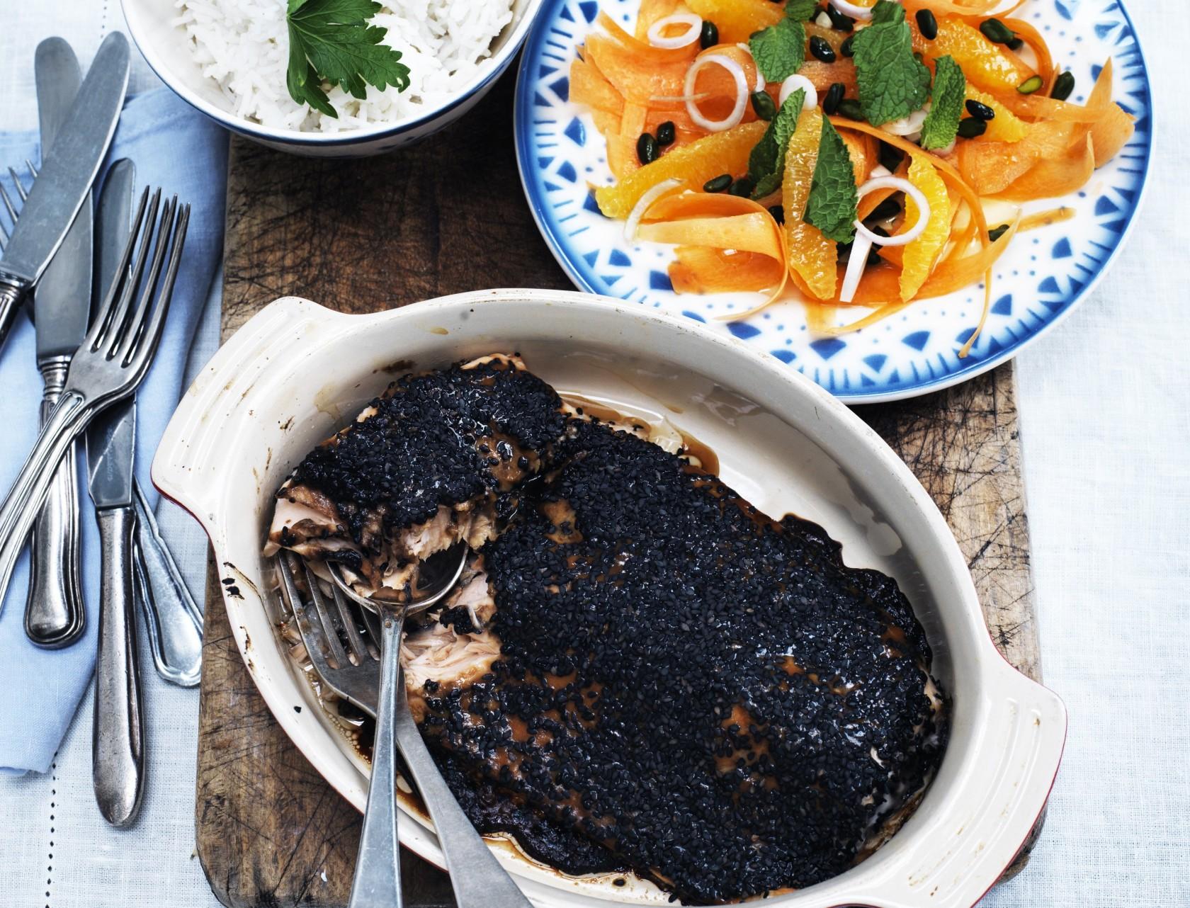 Marineret laks med ris og gulerodssalat - nem og lækker opskrift på hverdagsmad.