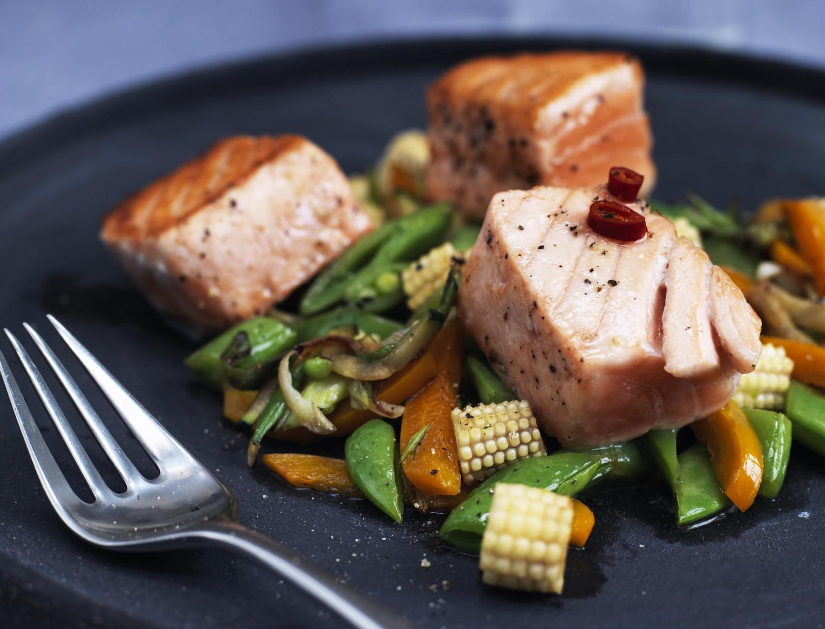 Lynstegte grøntsager med laks og spicy dressing - nem og lækker opskrift.