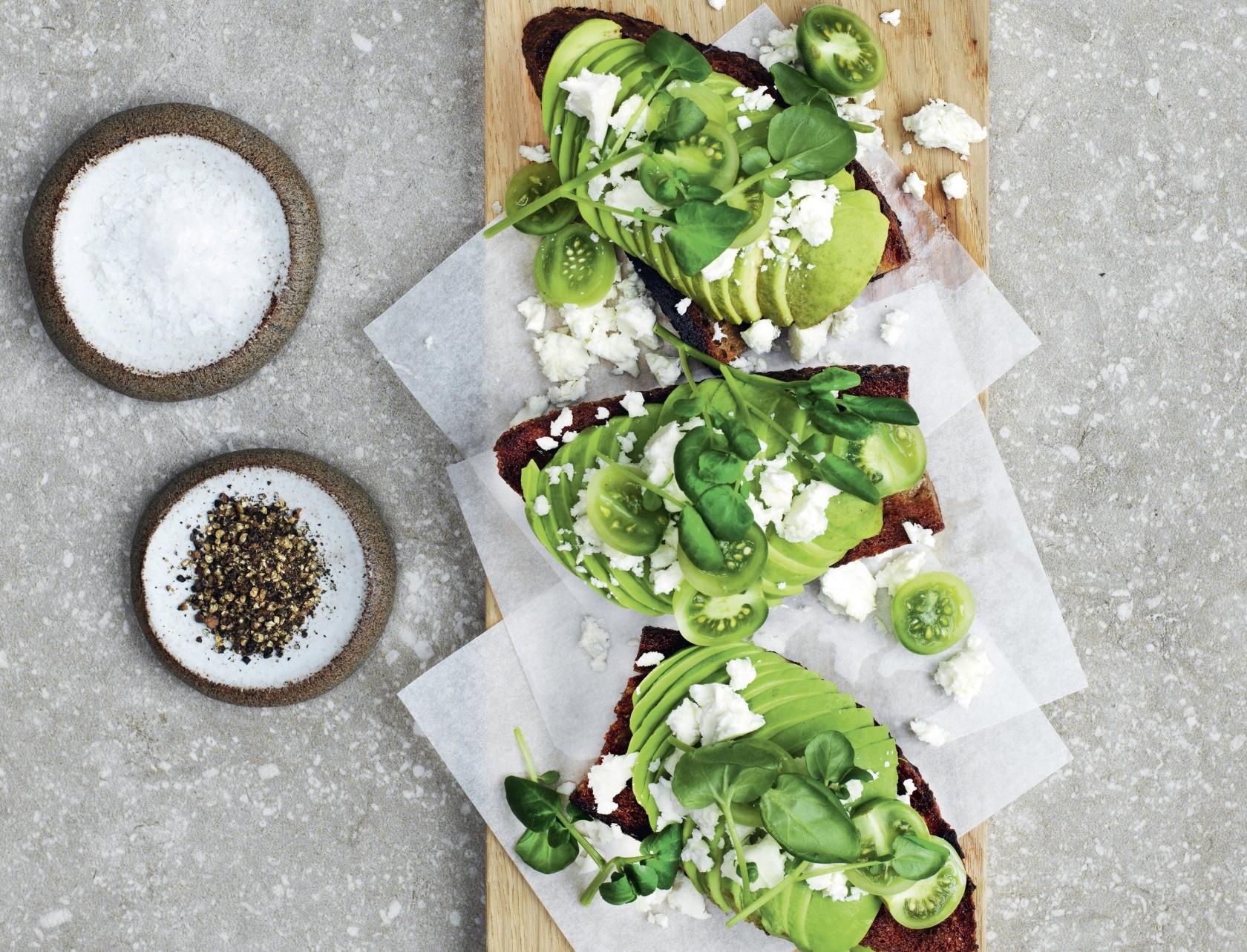 Lækker avocadomad med feta og tomater - nem opskrift!