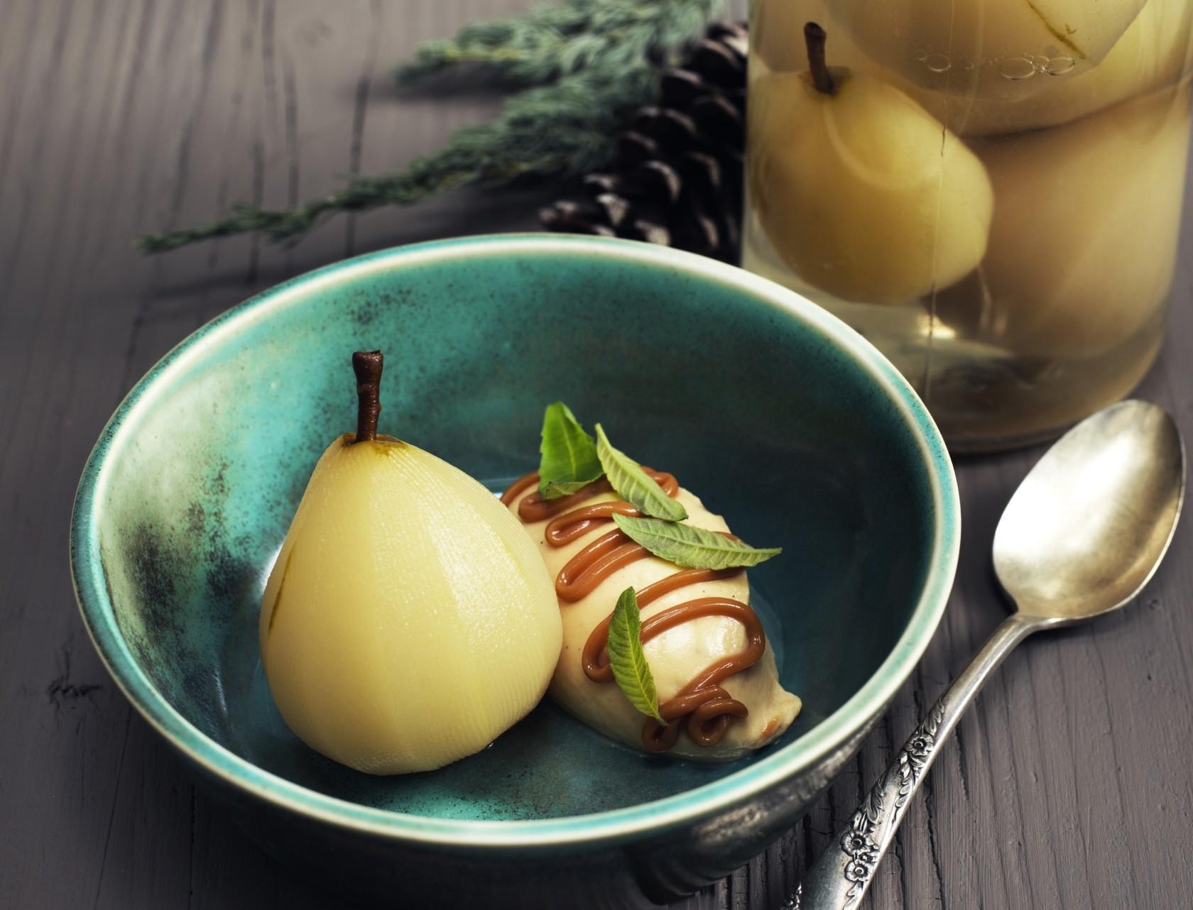 Syltede pærer med karamelflødeskum - lækker opskrift på en god efterårs-dessert.