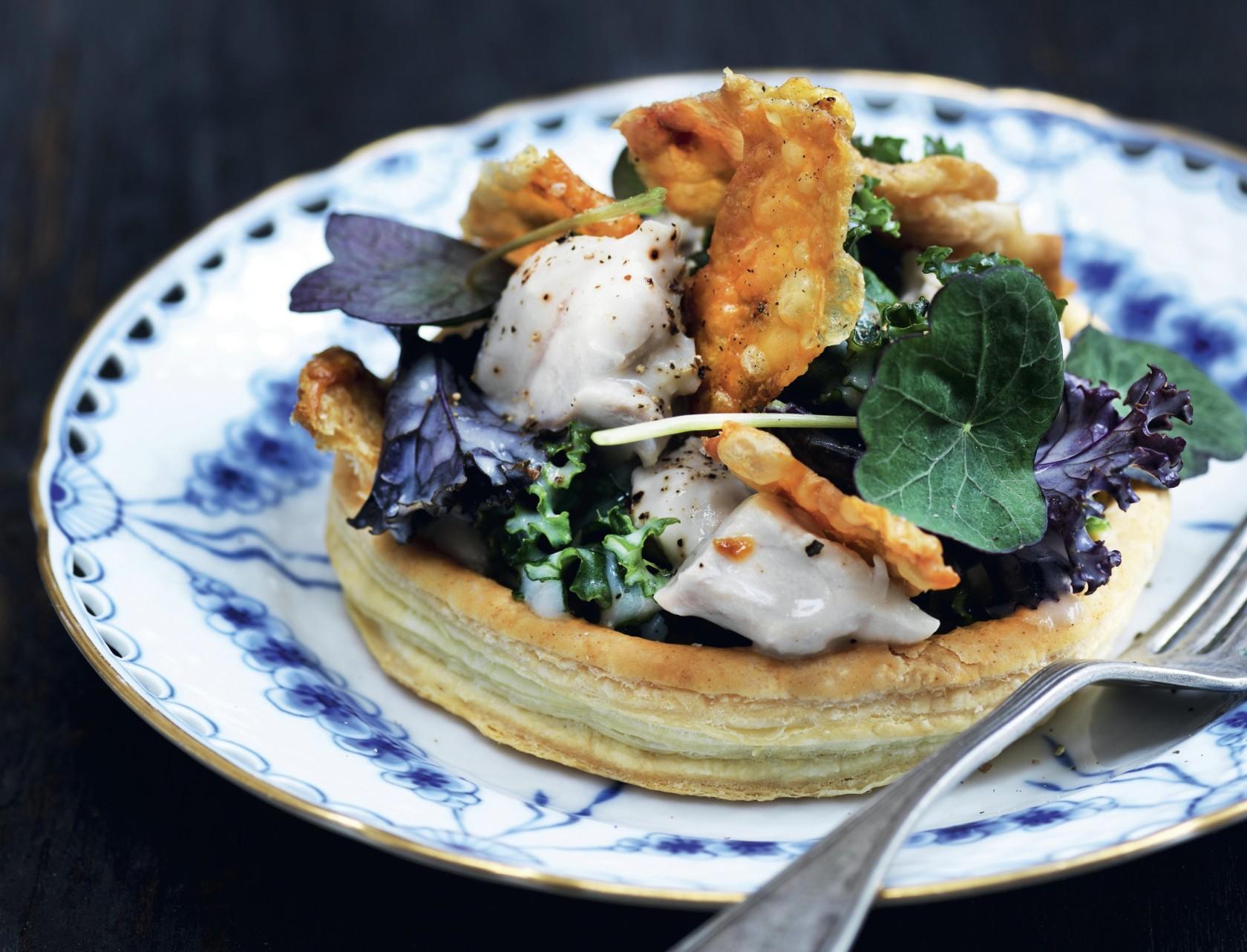 Butterdej med grønkål, kylling og sprødt skind - den bedste opskrift på lækker forret.