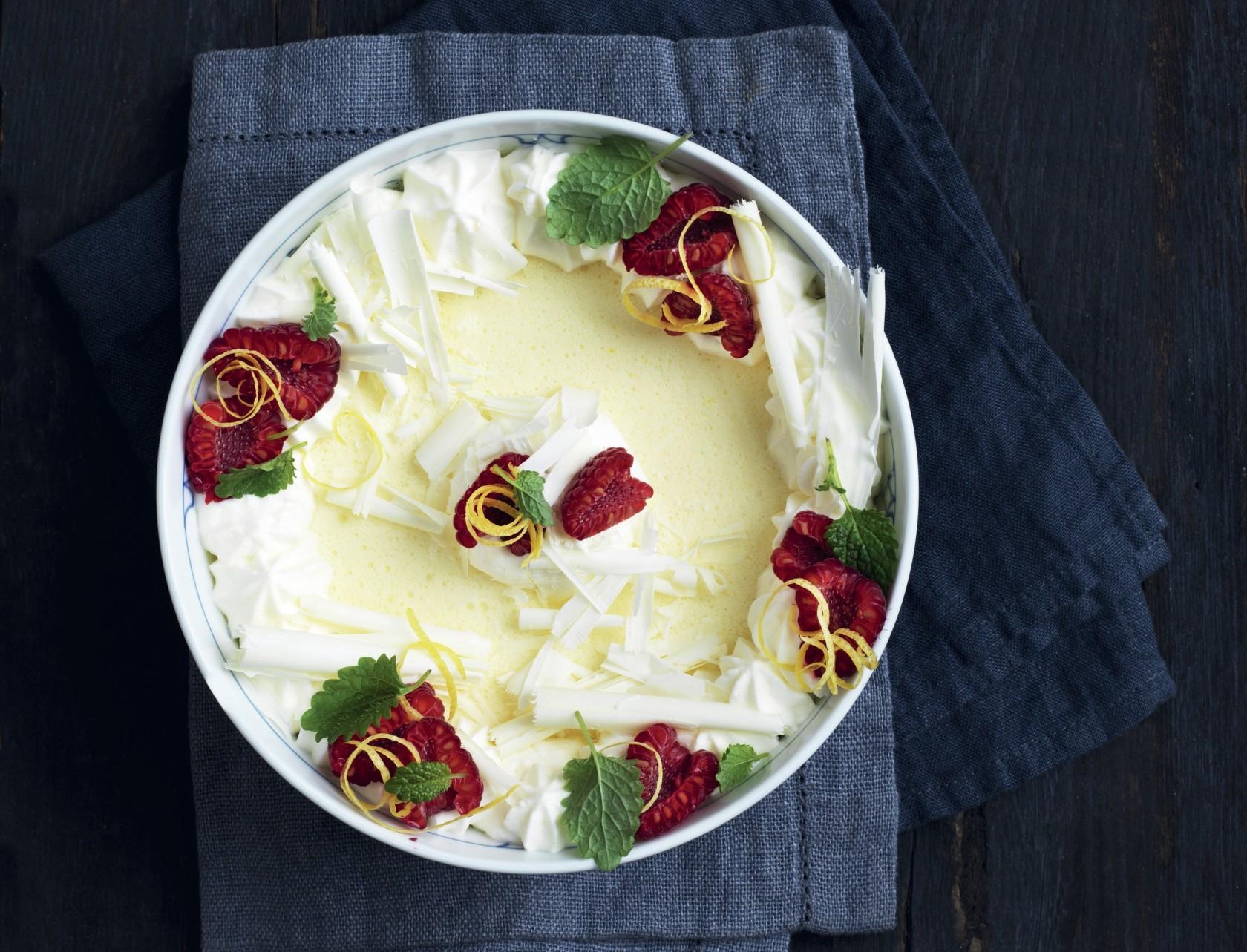 Citronfromage med hvid chokolade og hindbær - virkelig lækker opskrift.