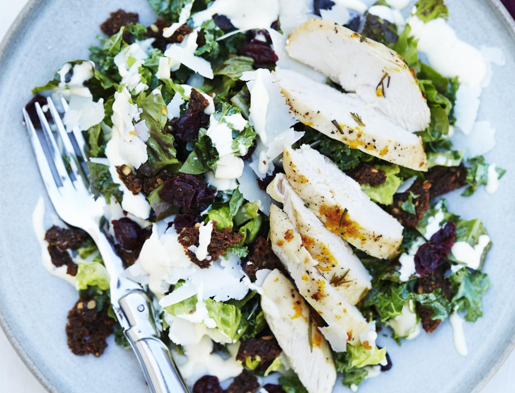 Cæsarsalat med krydderstegt kylling og grønkål  - virkelig lækker opskrift.