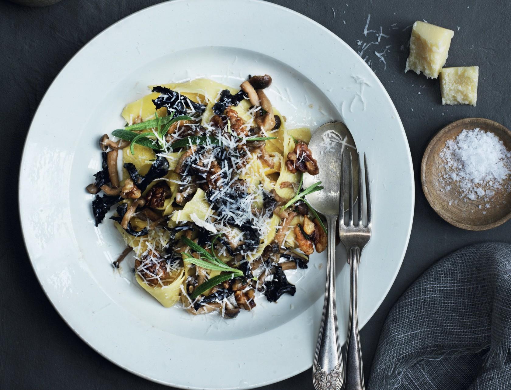 Pappardelle med svampe, valnødder og rosmarin - lækker opskrift på italiensk pastaret.