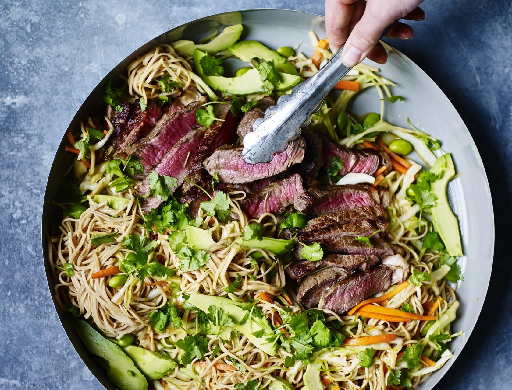 Lækker opskrift på nudelsalat med oksekød og spicy dressing