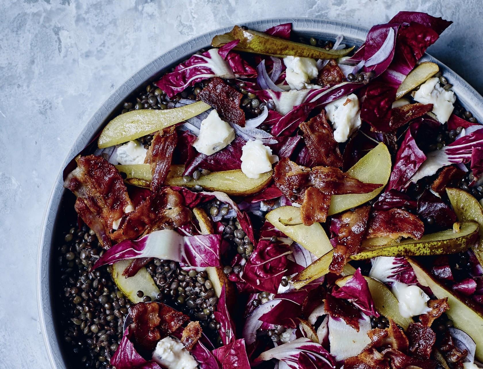 Linsesalat med pære, bacon og gorgonzola - lækker opskrift på måltidssalat.