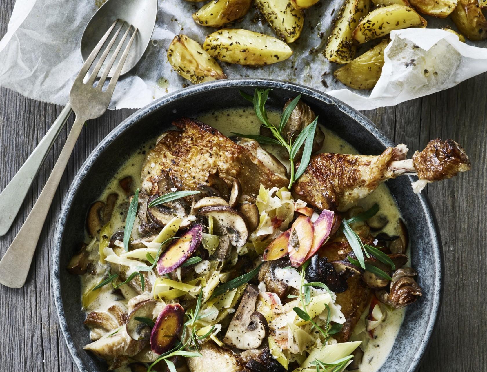 Kylling i hvidvin og estragon - lækker opskrift på simremad.