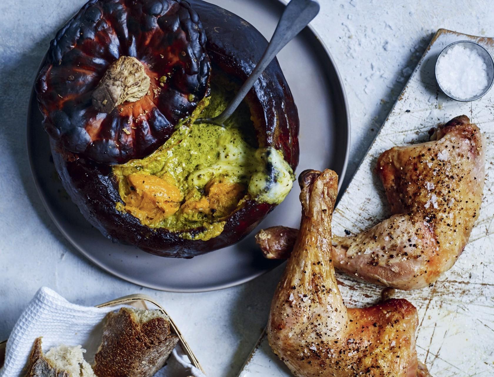 Kyllingelår og helstegt græskar med pesto - virkelig lækker opskrift.