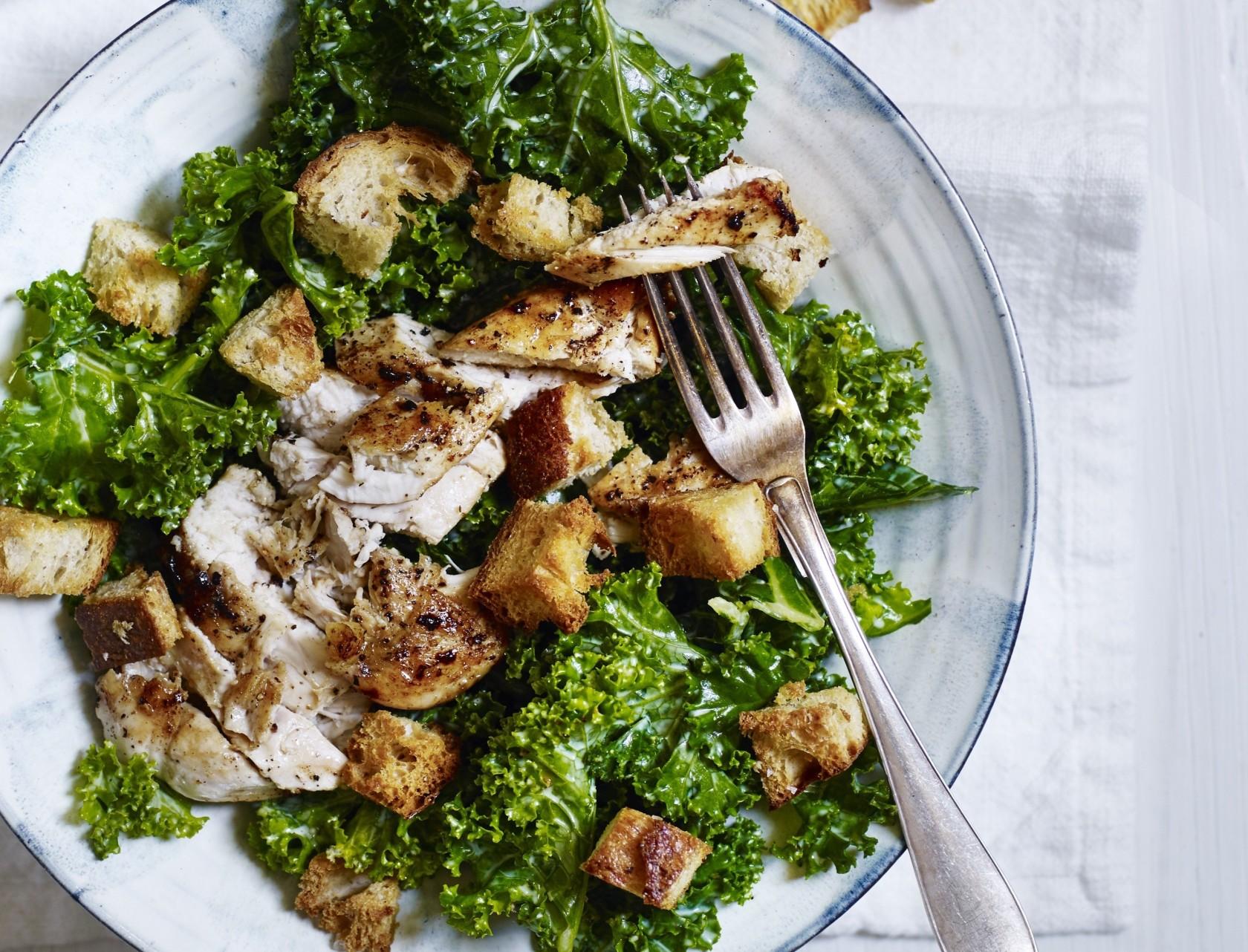Grønkåls-cæsarsalat med kylling - virkelig lækker opskrift.