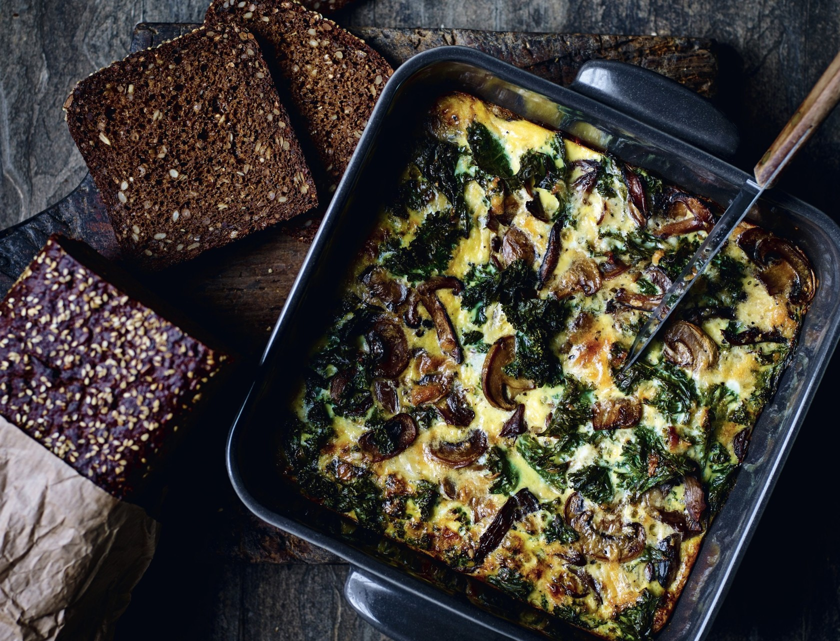 Æggekage med grønkål og svampe - nem og lækker opskrift i ovn.