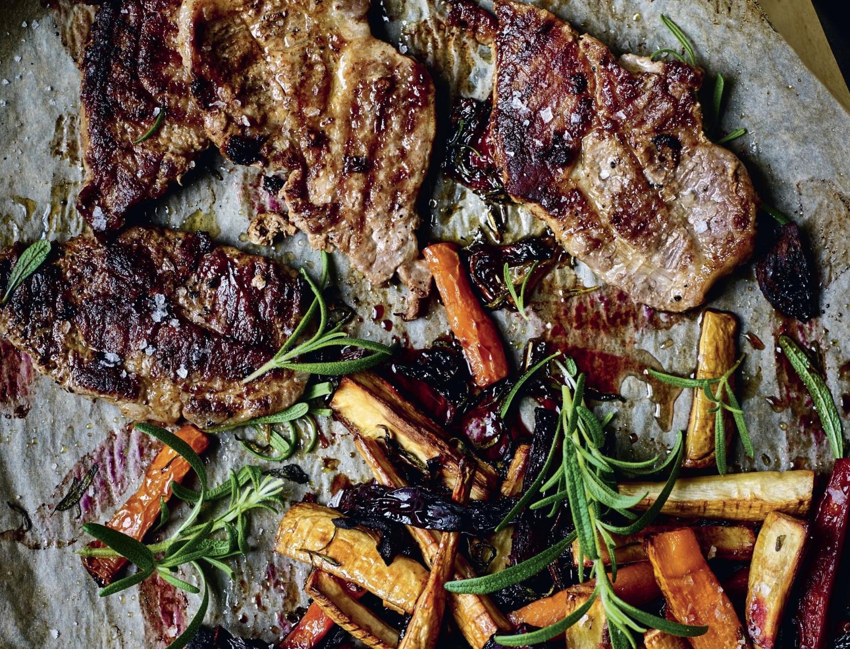 Koteletter med bagte rodfrugter og rødløg - god opskrift på lækker hverdagsmad.