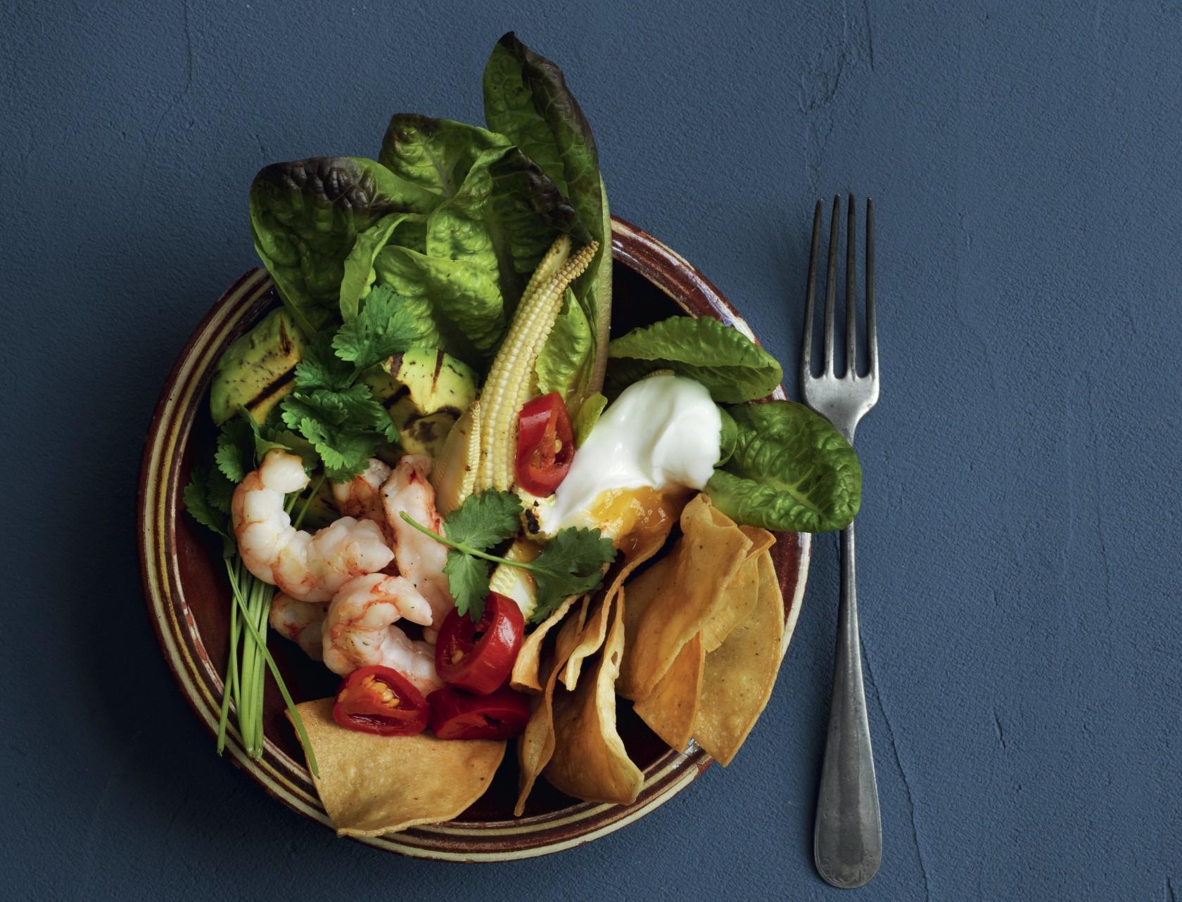 Nacho-bowl med rejer og avocado - lækker opskrift på god mad.