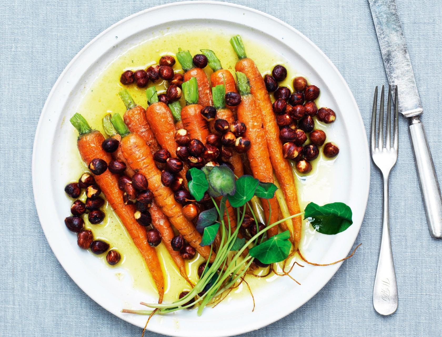 Stegte gulerødder med hasselnødder smager skønt!