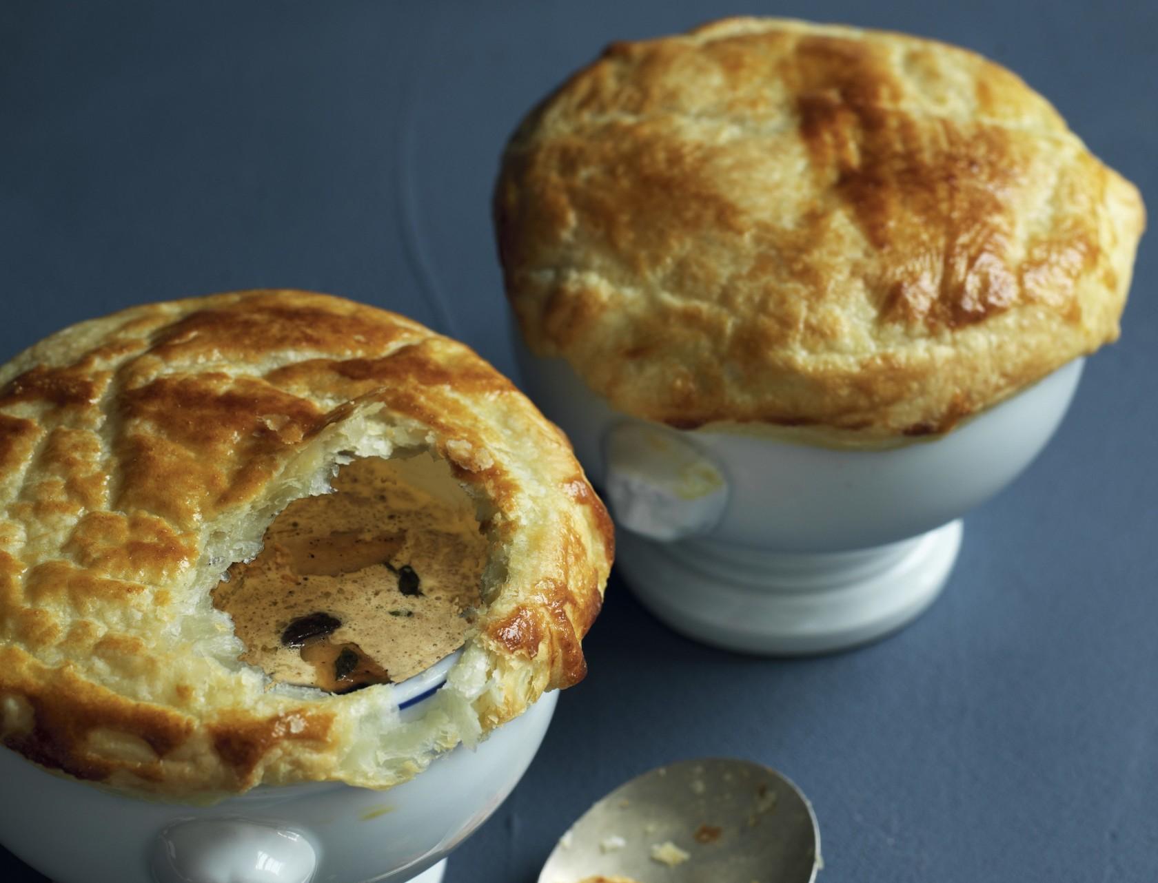 Svampesuppe med butterdejslåg - den bedste opskrift på fyldig forret eller dejlig hovedret.