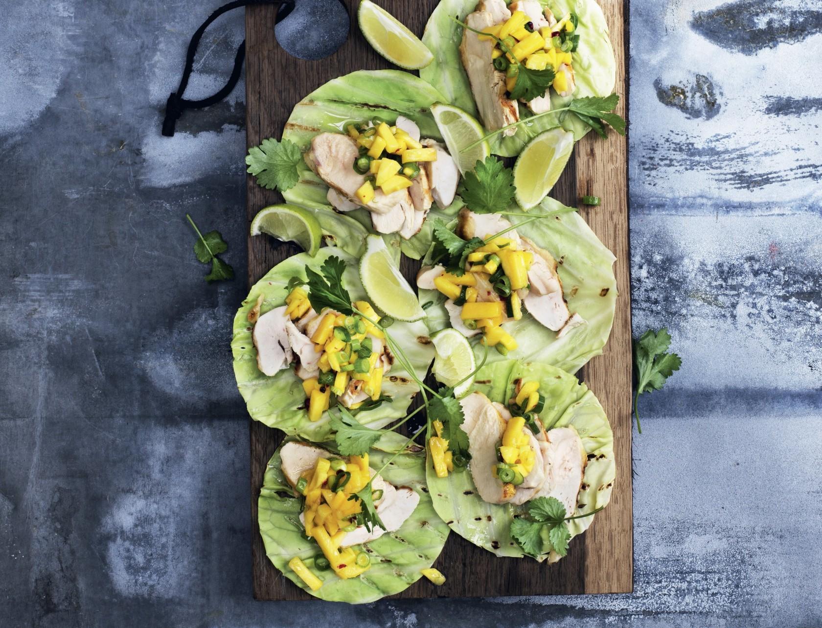 Kålwraps med kylling og mangosalsa - sund og lækker opskrift.