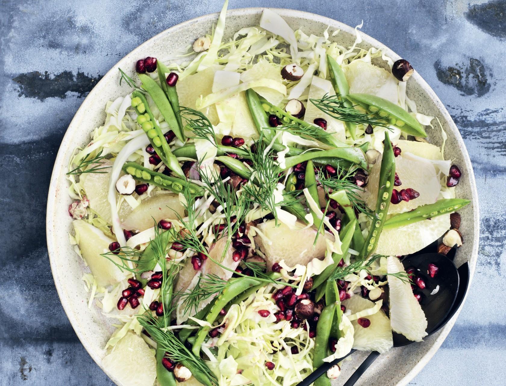 Hvidkålssalat med granatæble og hasselnødder - lækker opskrift på godt tilbehør.