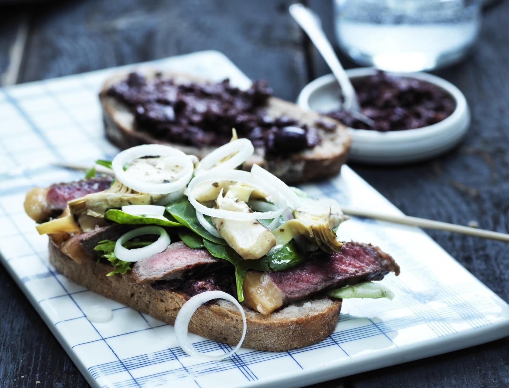 Steaksandwich med oliventapanade - lækker opskrift på frokost eller aftensmad.