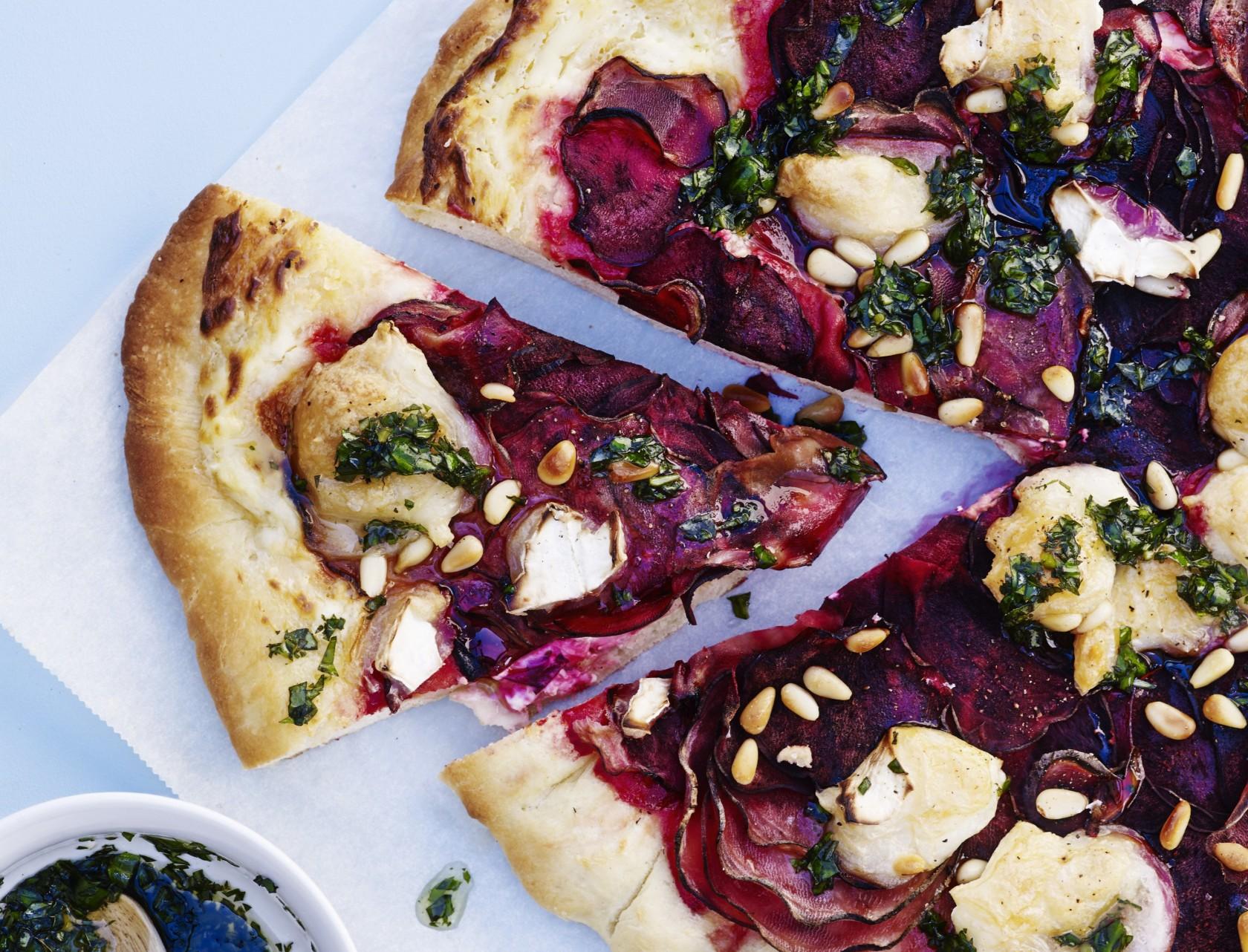 God opskrift på pizza med rødbede, gedeost og basilikumolie