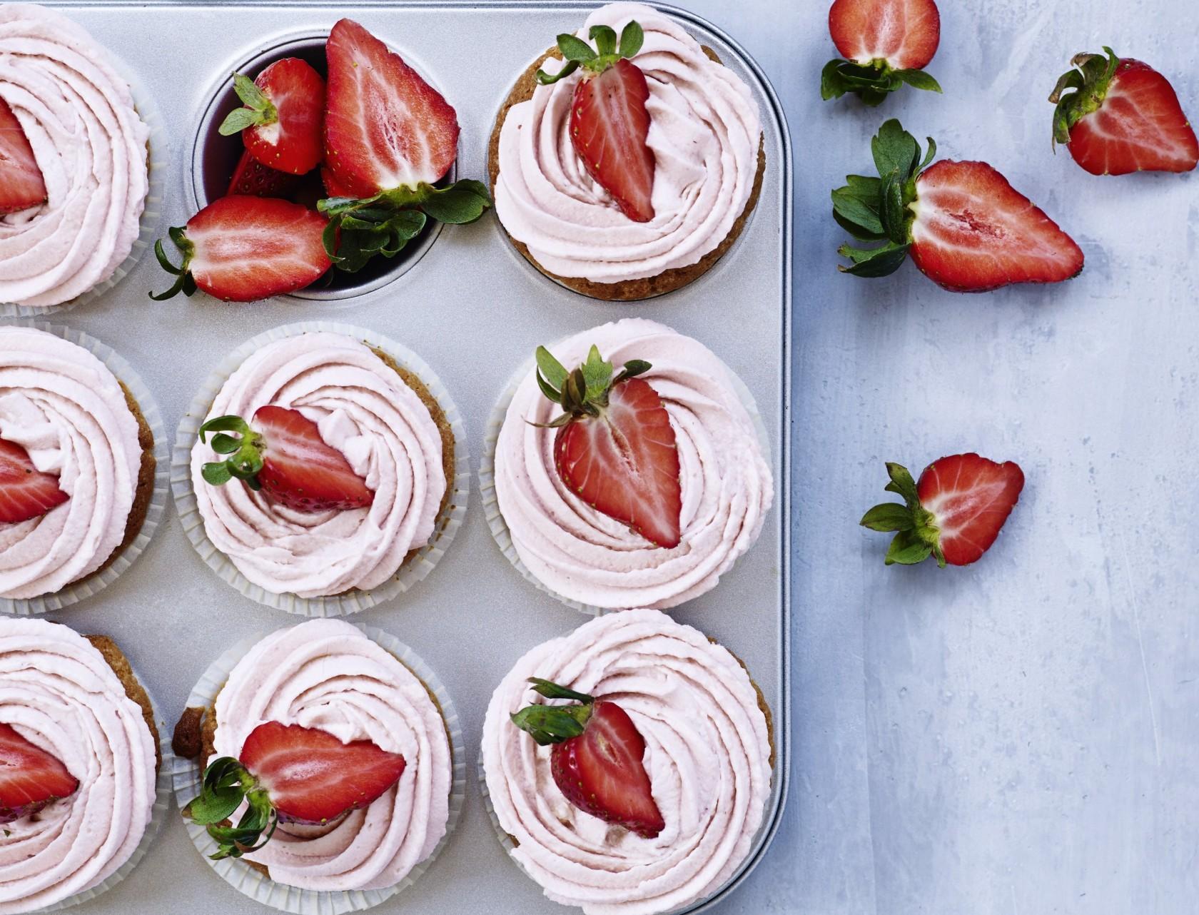 Cupcakes med jordbærfrosting - virkelig lækker opskrift på muffins!