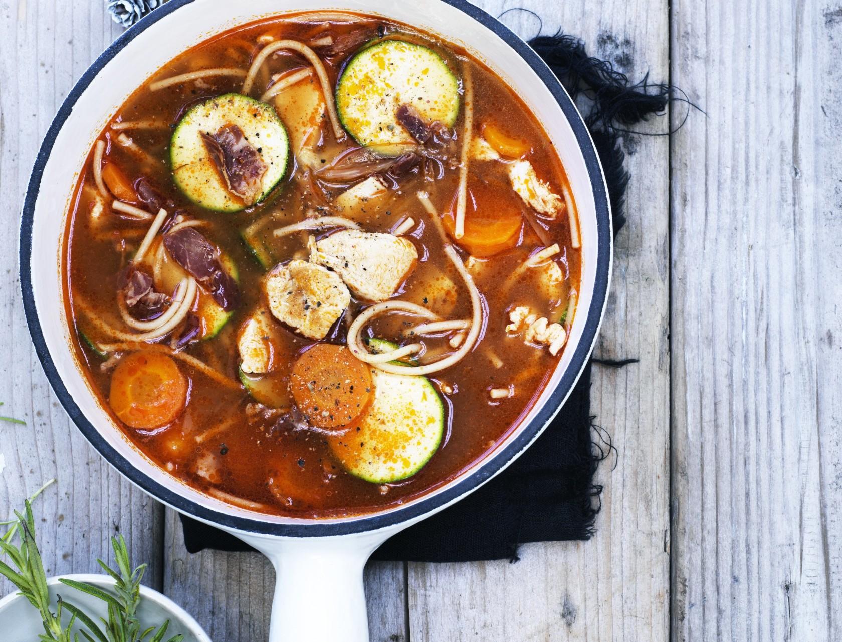 Minestronesuppe med kylling og pancetta - virkelig lækker opskrift!