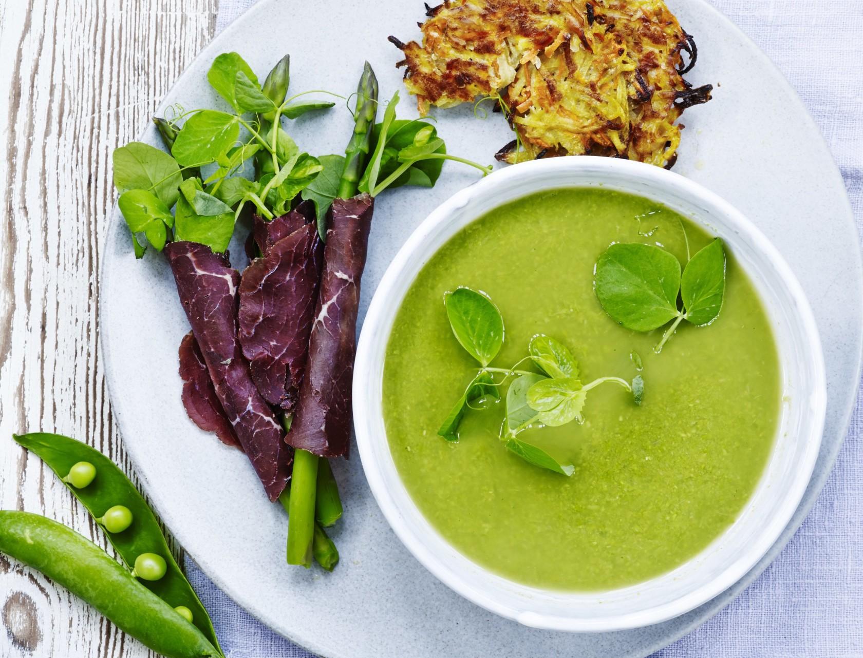 Ærte-asparges-suppe med bresaolaruller og røsti - dejligt opskrift på suppe med tilbehør