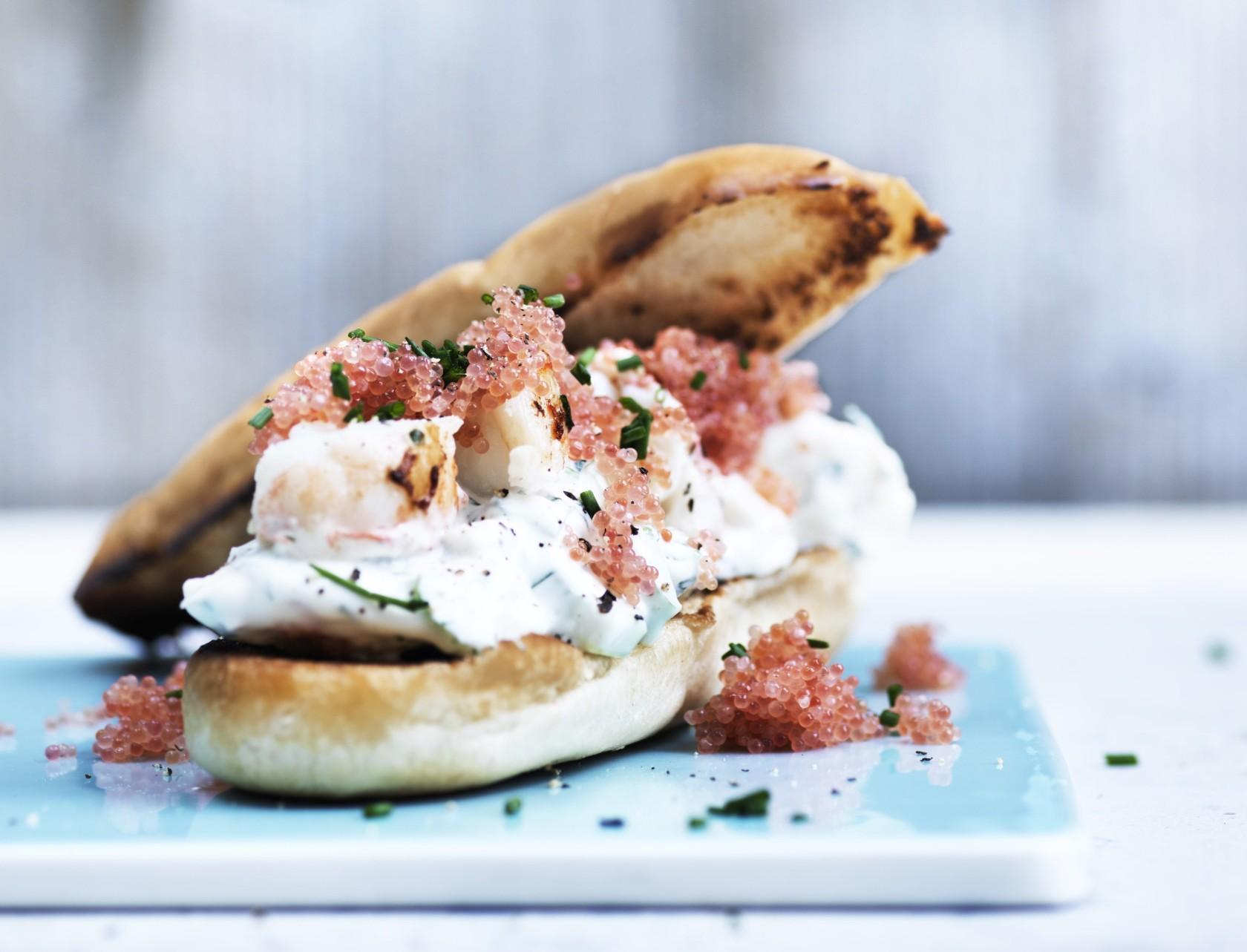 Lobster roll med jomfruhummerhaler - den bedste opskrift!